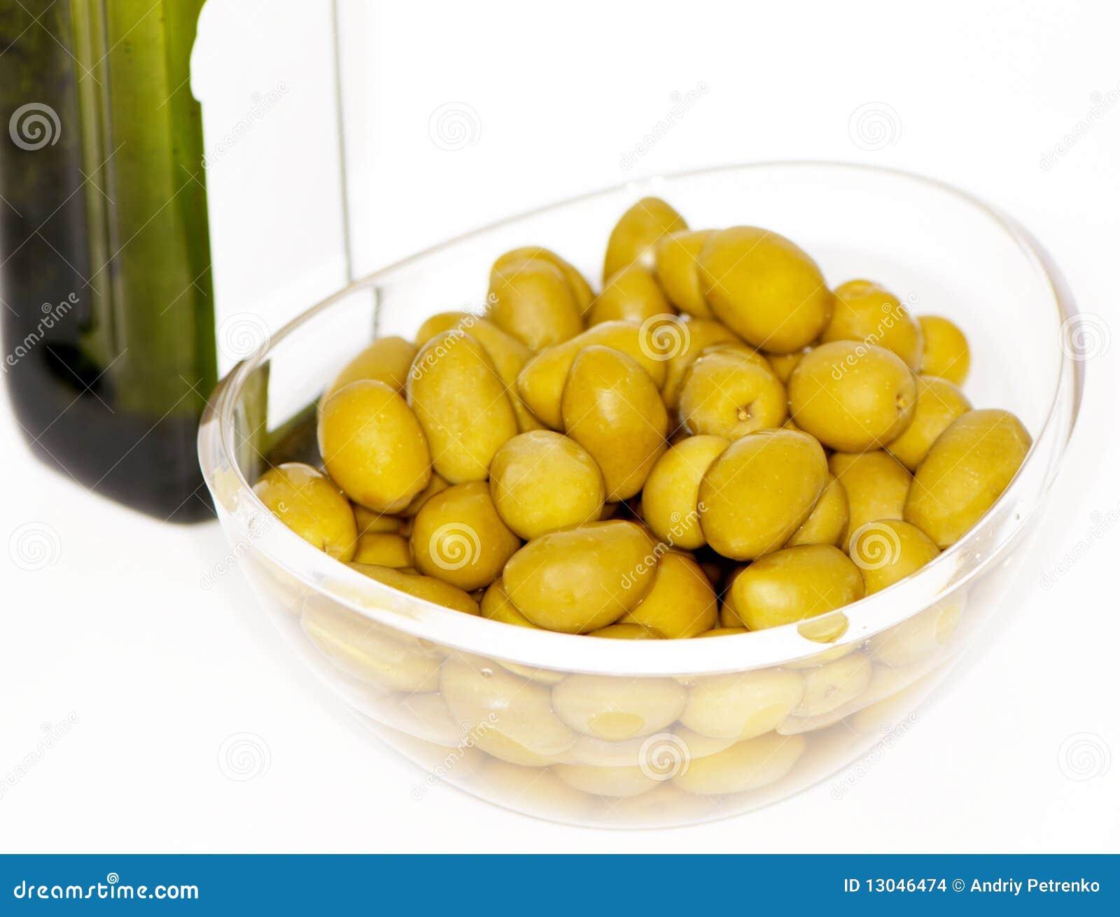 Azeitonas e frasco do petróleo verde-oliva