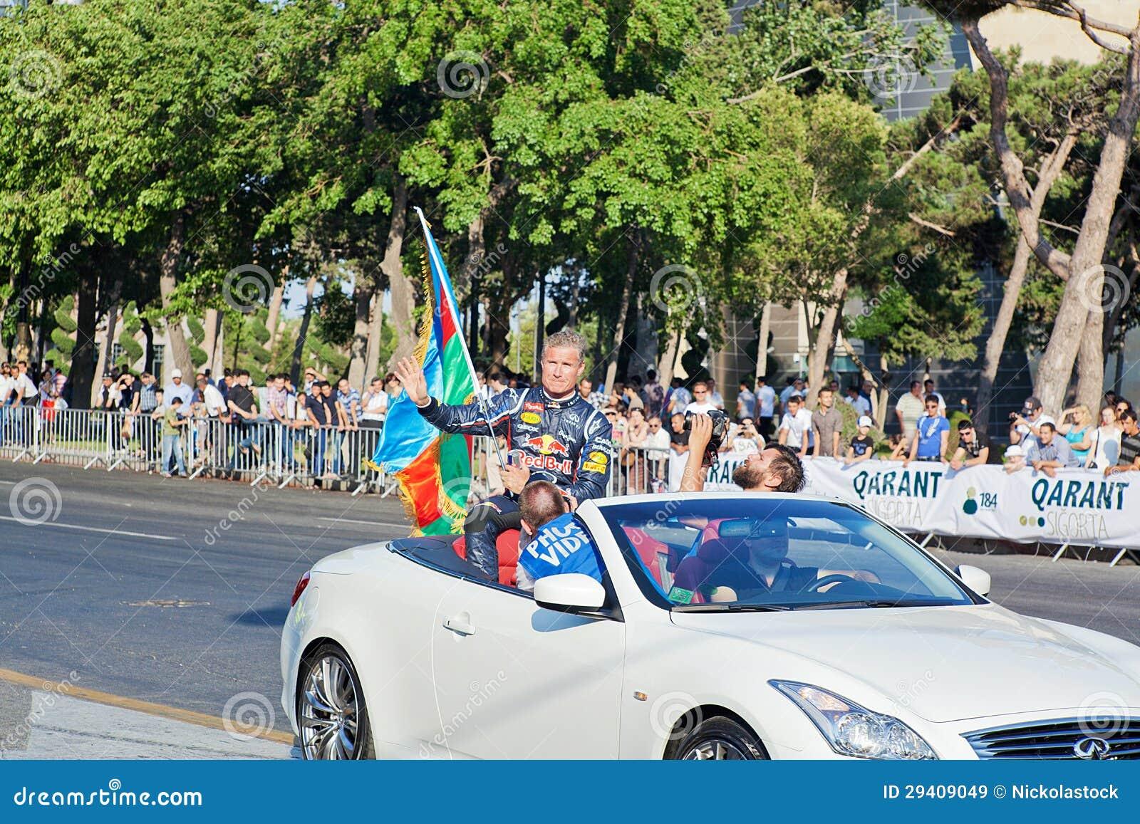 AZERBAIJAN, BAKU - JUNI 17: De golven van David Coulthard aan toeschouwers