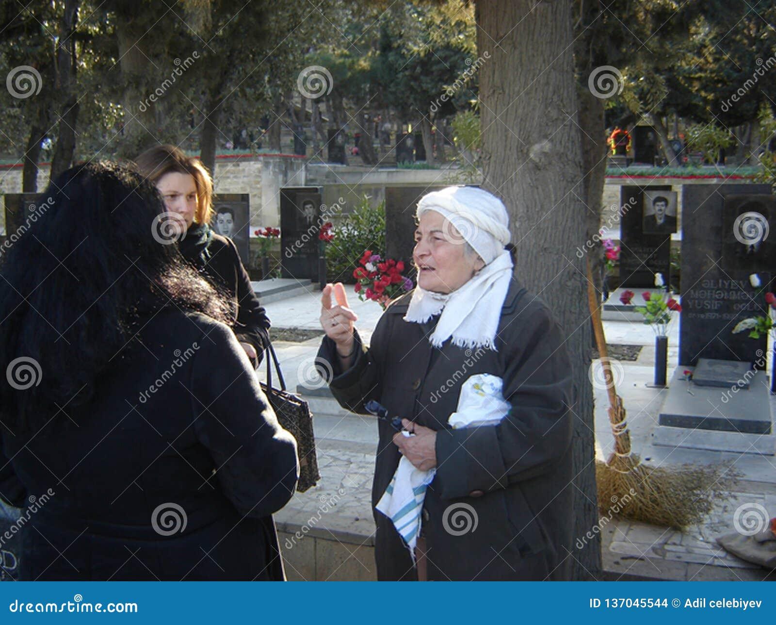 Azerbeidzjan, Baku, 20 Januari, 2007 Mensen die Steeg van Martelaren op verjaardag van 20 Januari-tragedie bezoeken wanneer Sovje