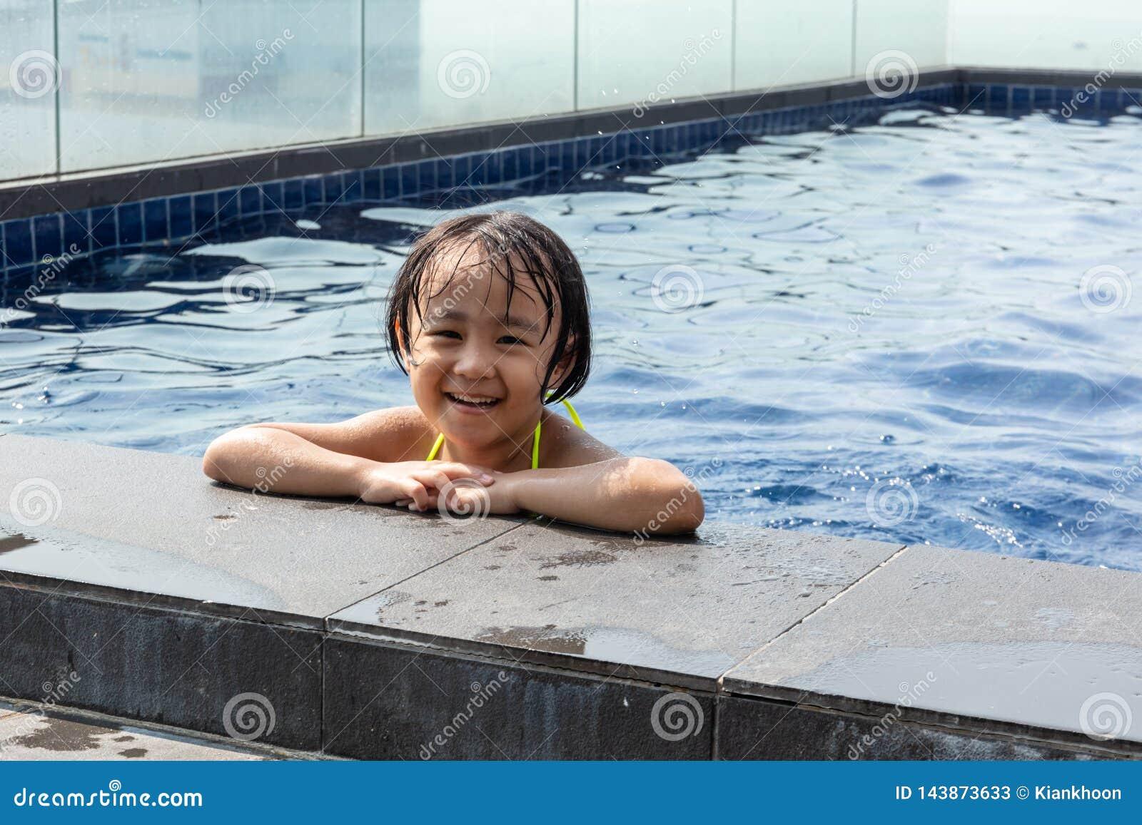 Aziaat Weinig Chinees Meisje die in Zwembad spelen