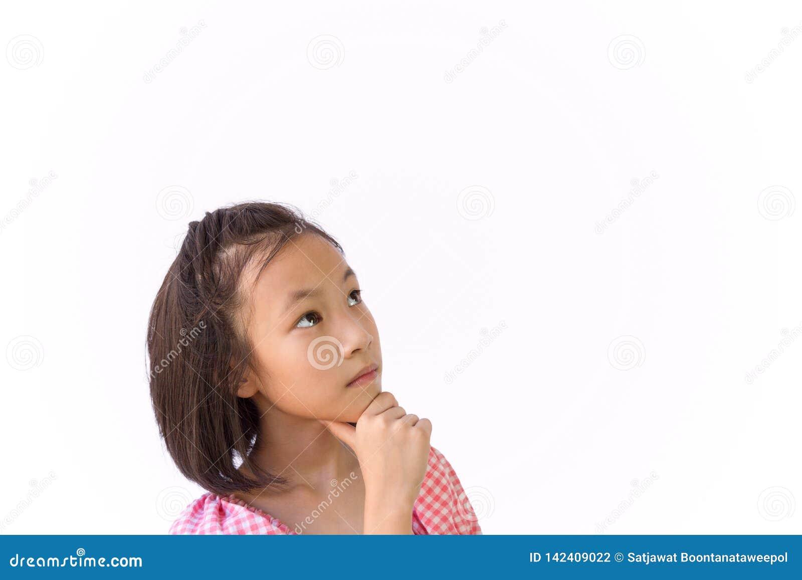 Aziatisch die meisje op witte analytische achtergrond wordt geïsoleerd, denkend het zoeken, close-upportret van leuk kind die een