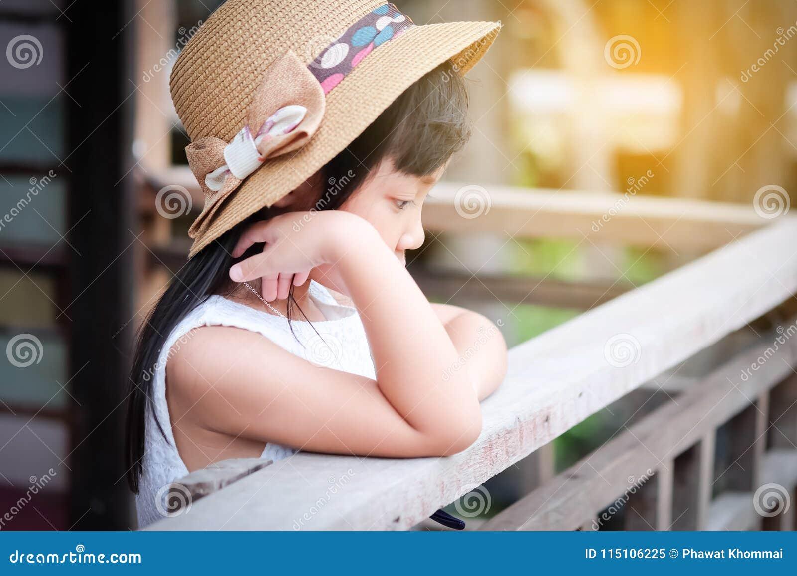 Aziatisch kindmeisje in een eenzame stemming