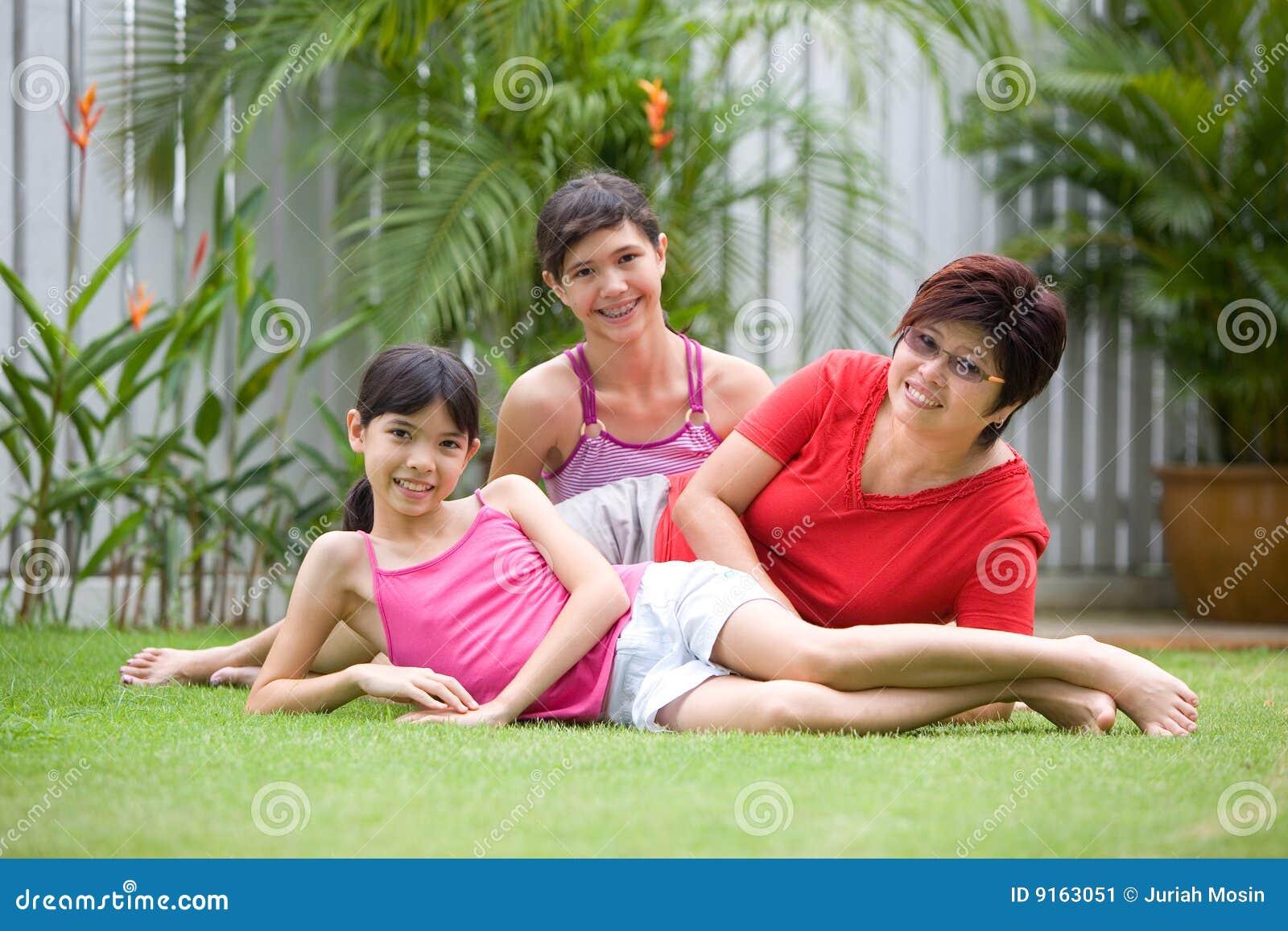 Aziatisch mamma dat pret met haar meisjes heeft