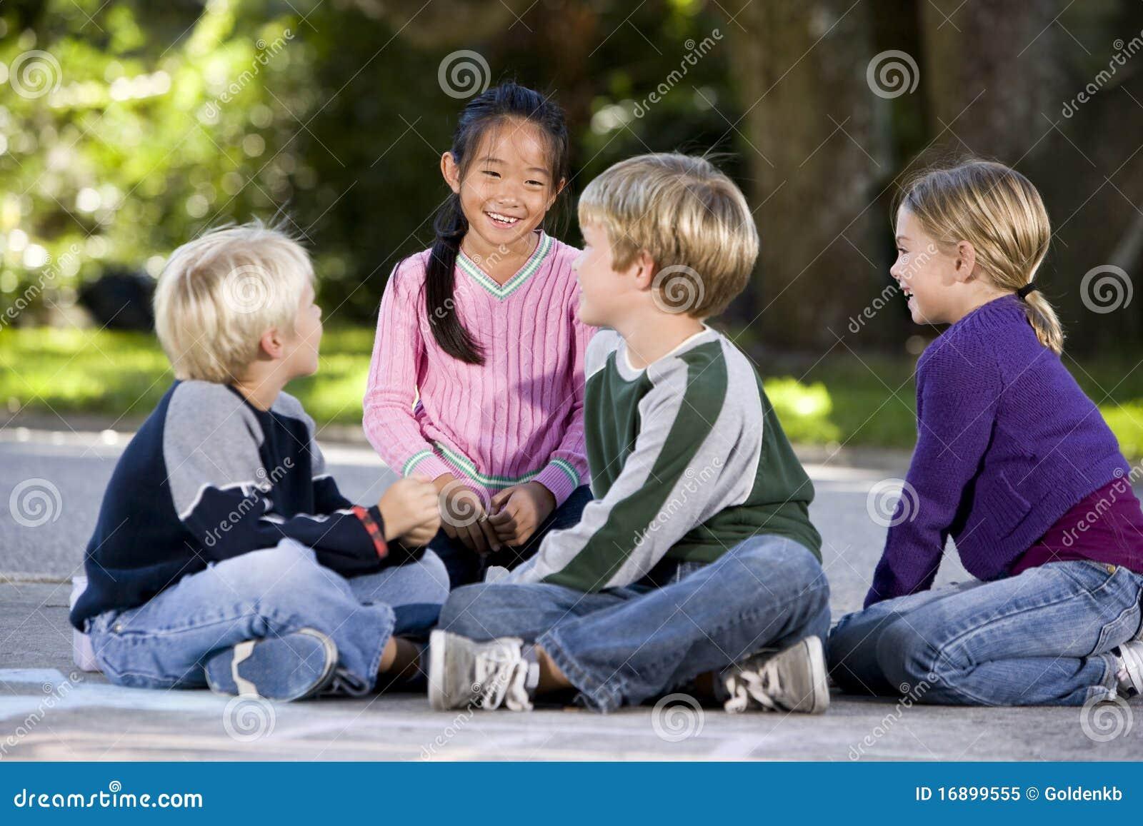 Aziatisch meisje dat met vrienden glimlacht
