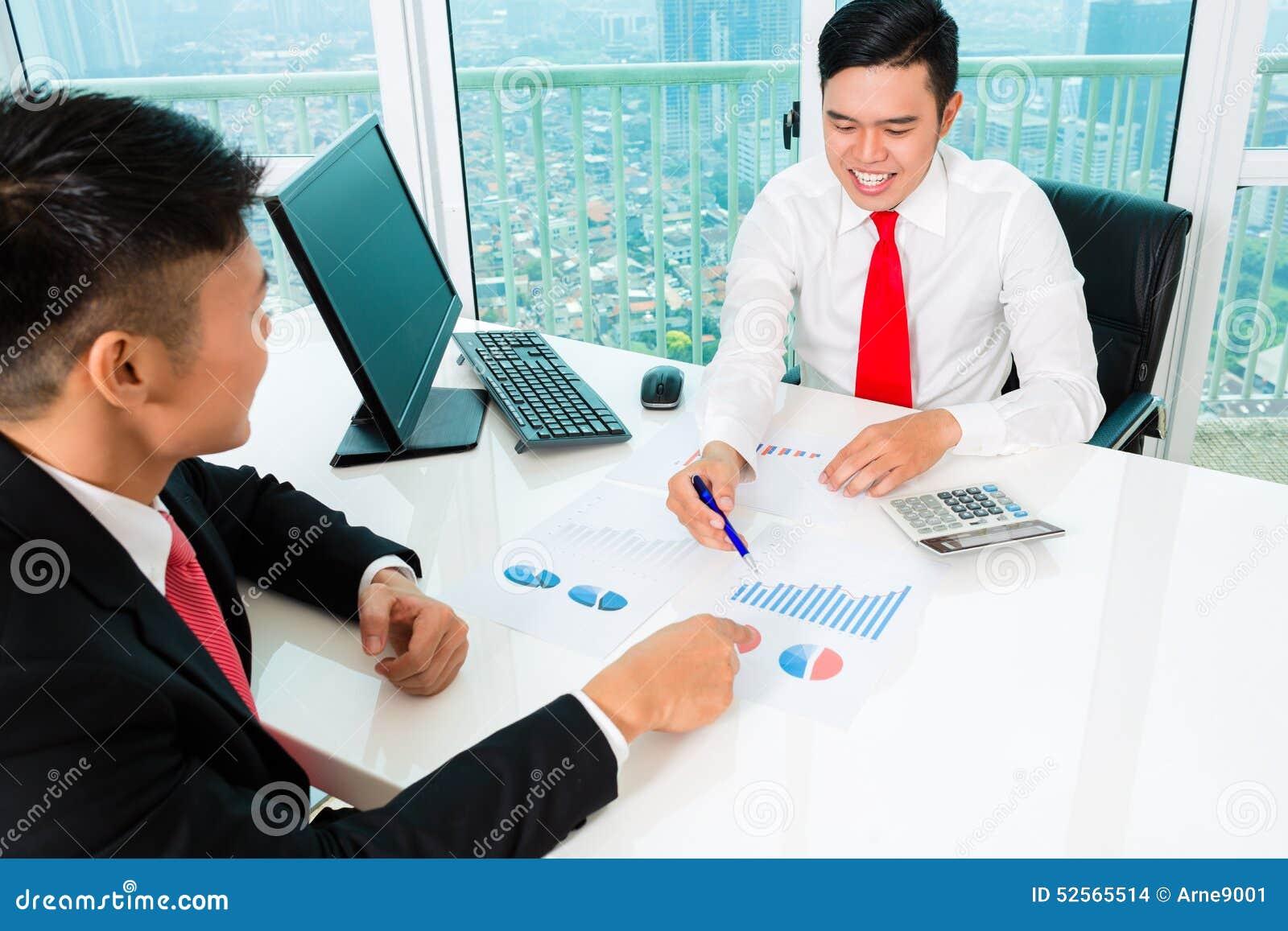Aziatische bankier die financiële investering adviseren