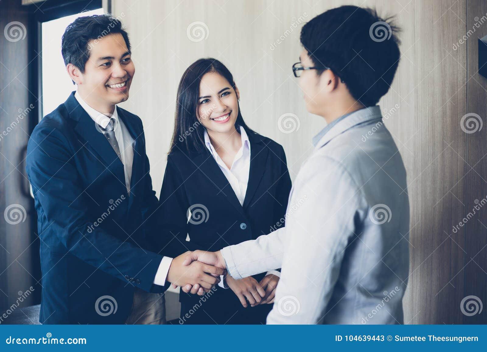 Download Aziatische Bedrijfsmensen Die Handen Schudden En Hun Overeenkomst Glimlachen Stock Afbeelding - Afbeelding bestaande uit uitvoerend, wijfje: 104639443