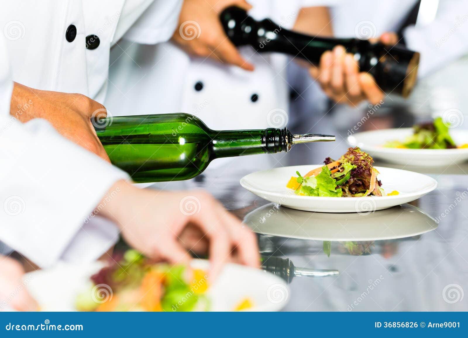 Aziatische Chef-kok in restaurantkeuken het koken