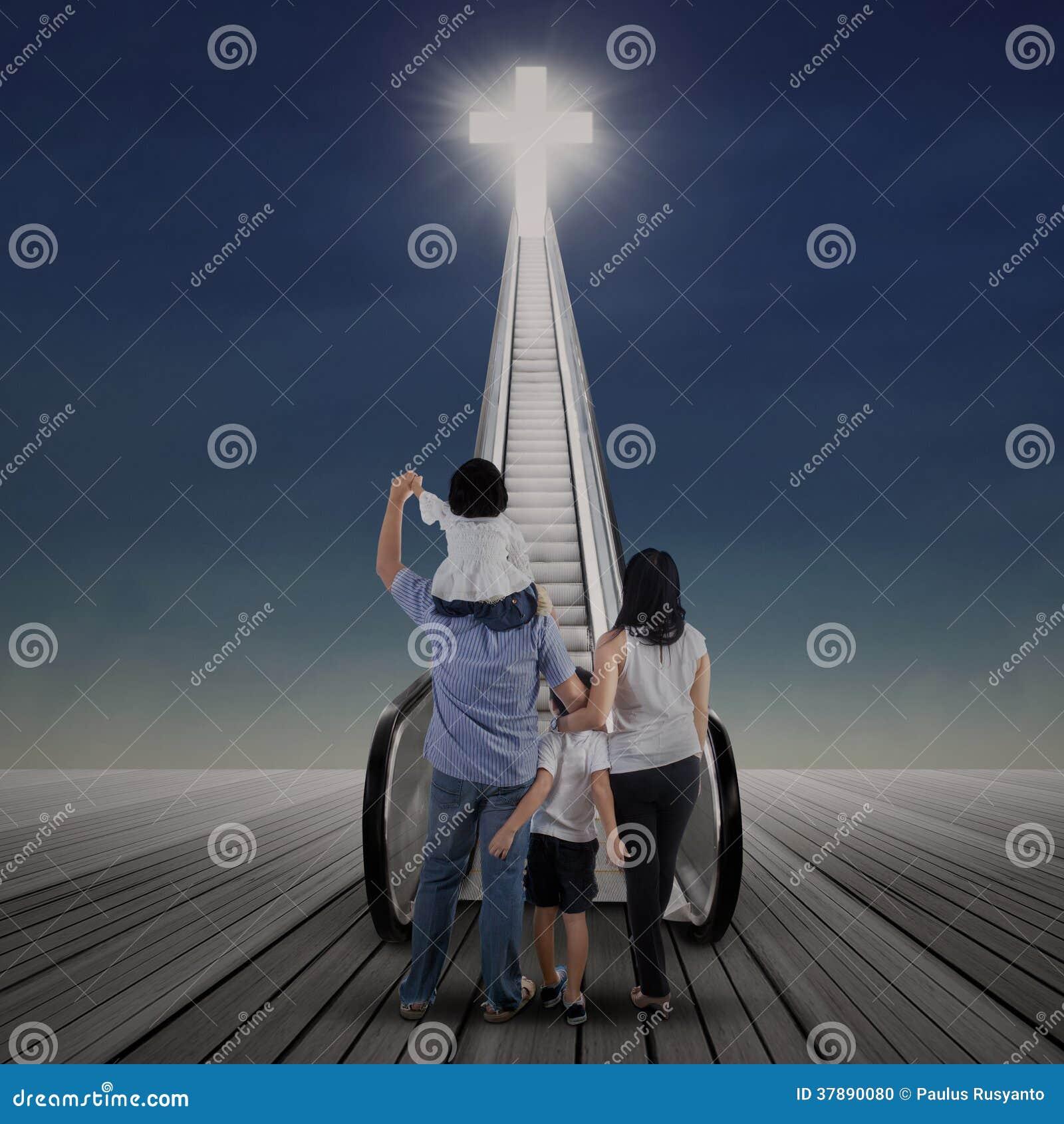 Aziatische familie die kruis bekijken