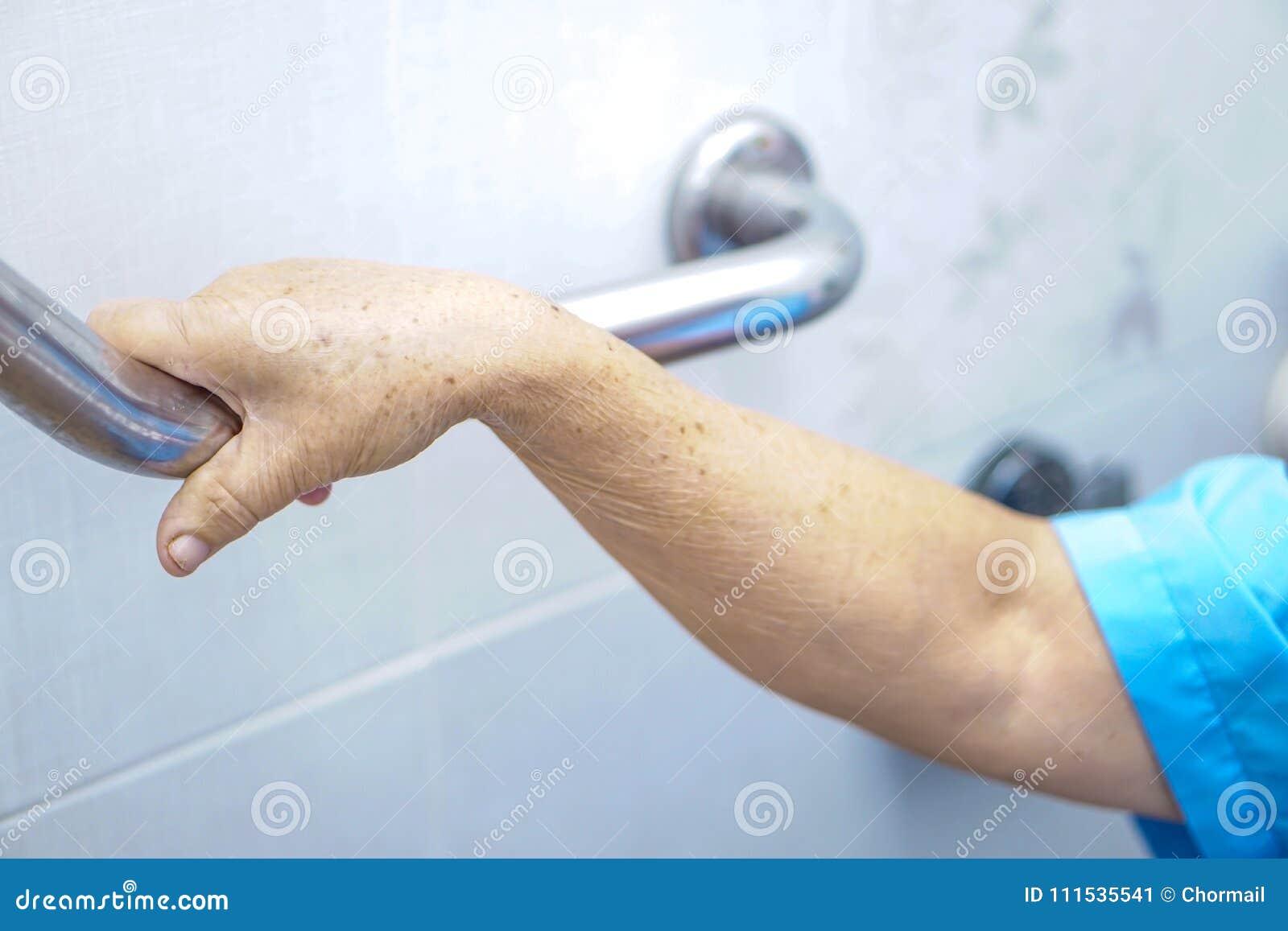 Aziatische hogere of bejaarde oude van het het gebruikstoilet van de damevrouw geduldige het handvatveiligheid in het verzorgings