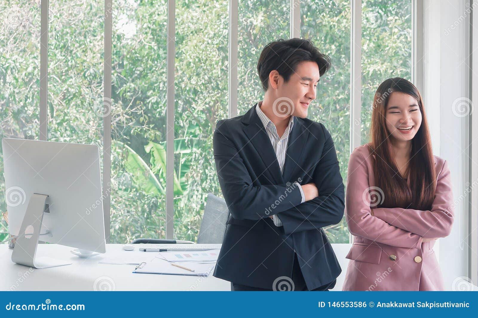 Aziatische jonge knappe bedrijfsman bespreking met mooie bedrijfs zo grappige vrouw