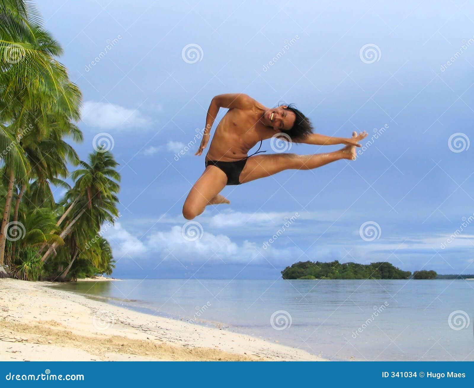 Aziatische jongen cheer-danst op tropisch strand