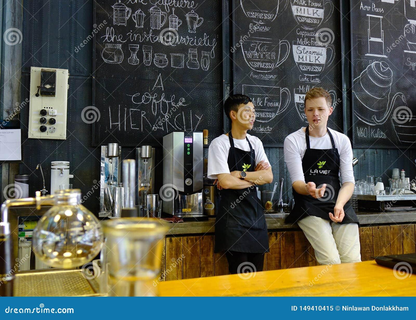 Aziatische mannelijke barista