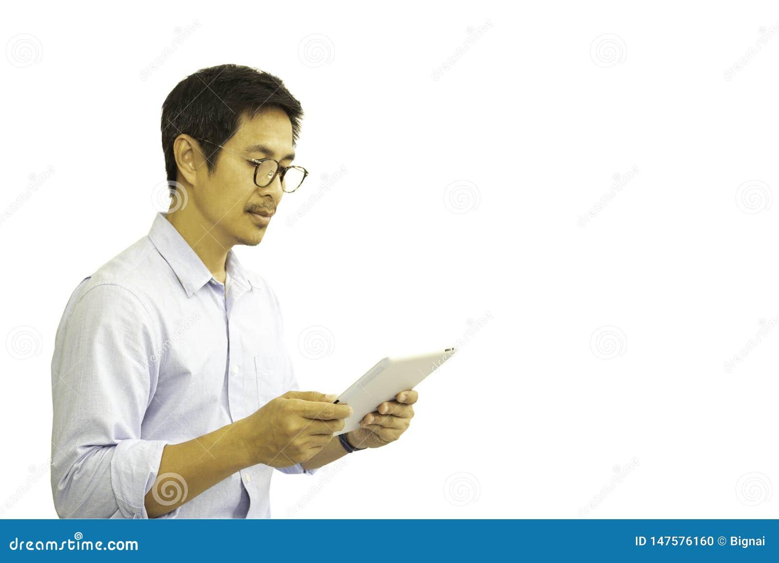 Aziatische mens die met die oogglazen wordt ge?soleerd tablet bekijken in het knippen van weg