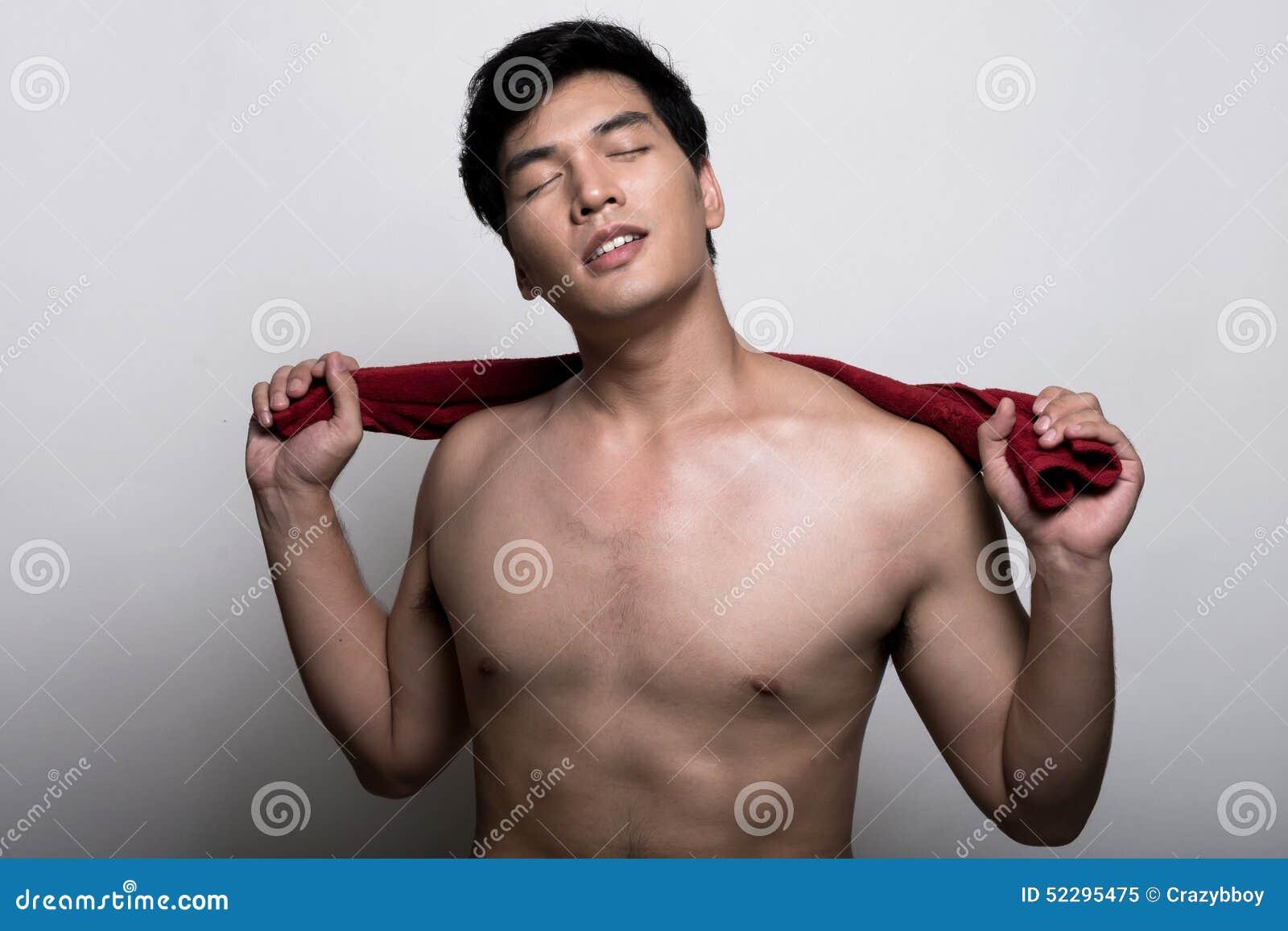 Aziatische mens met handdoek in de hand