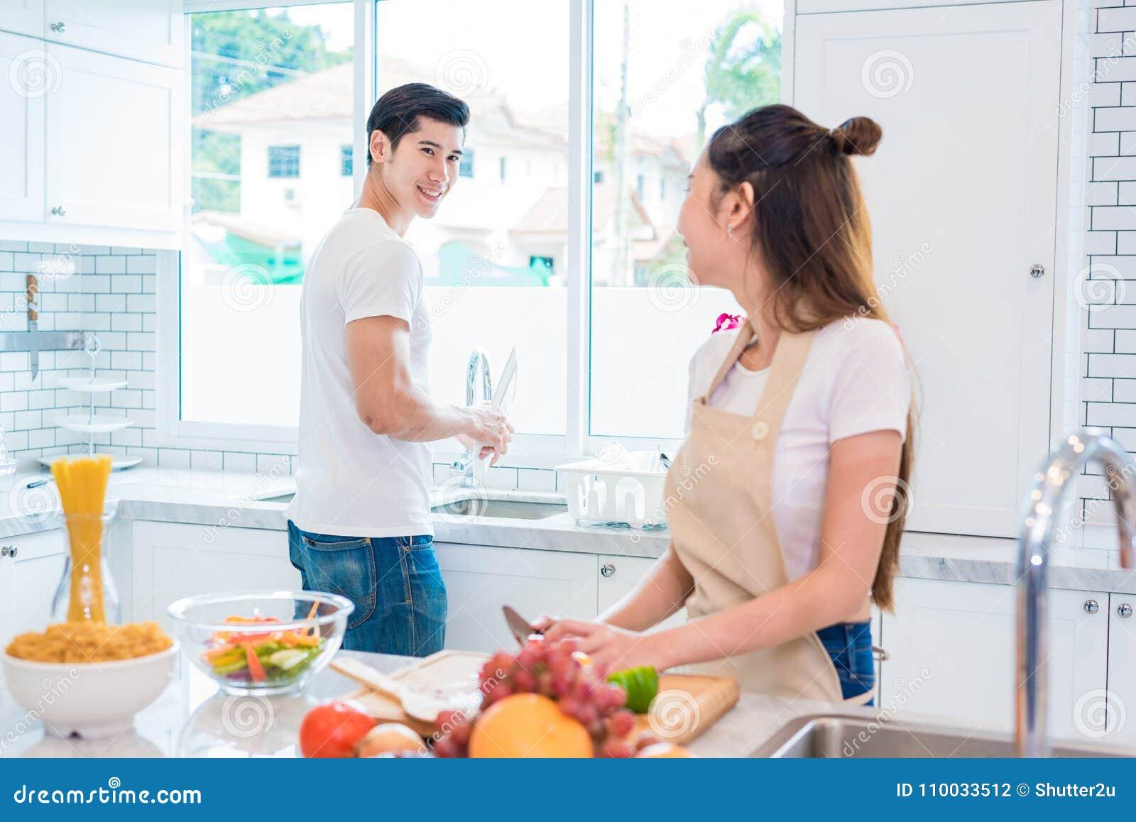 Aziatische minnaars of paren die elkaar wanneer zo grappig koken kijken