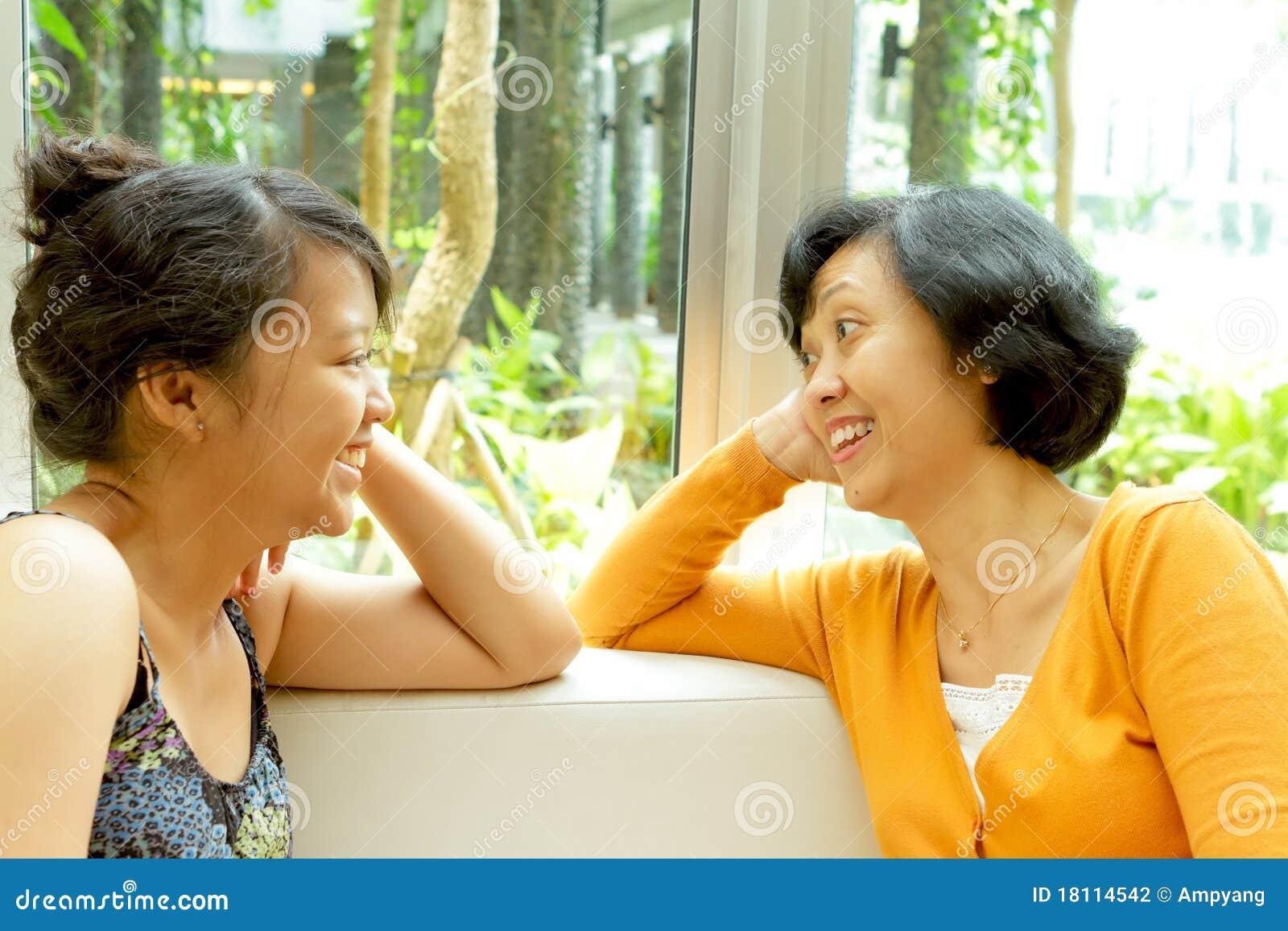 Aziatische moeder en dochternabijheid