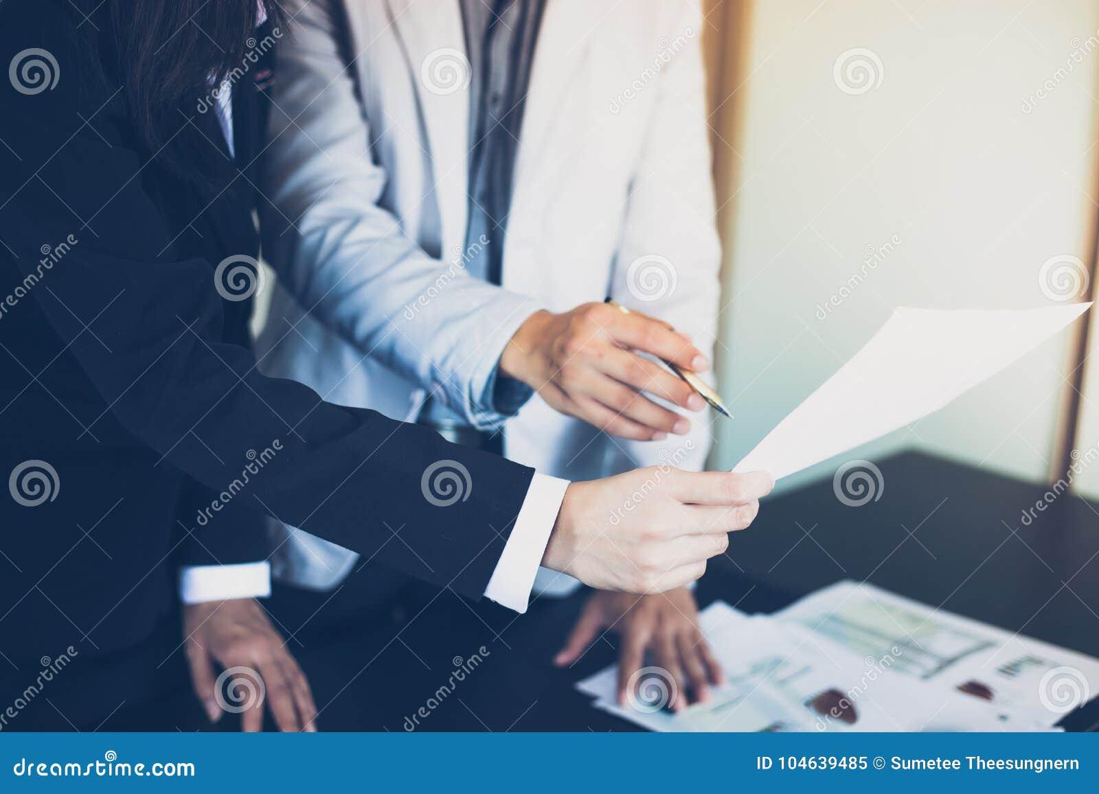 Download Aziatische Onderneemsters Die Een Pen En Analysedocumenten Op Offi Houden Stock Afbeelding - Afbeelding bestaande uit uitvoerend, notitieboekje: 104639485