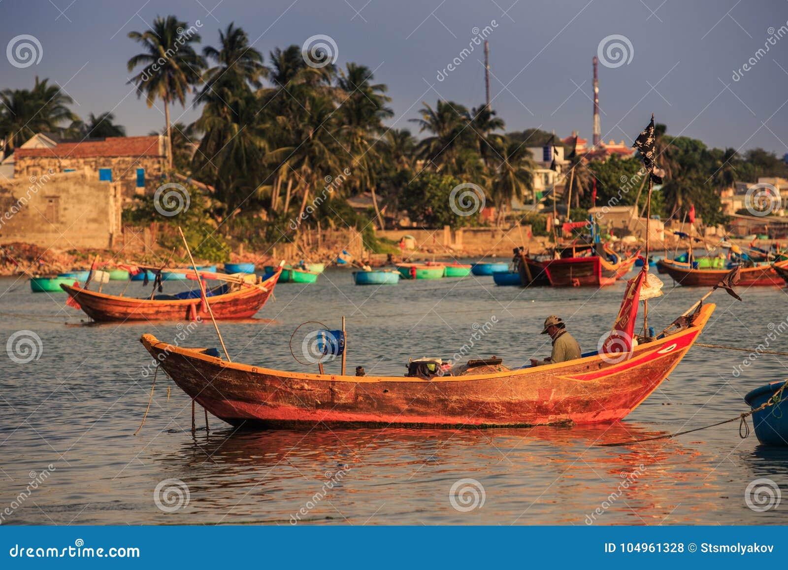 Grote Houten Boot.Aziatische Oude Visser Sits In Grote Houten Boot In Overzeese Baai