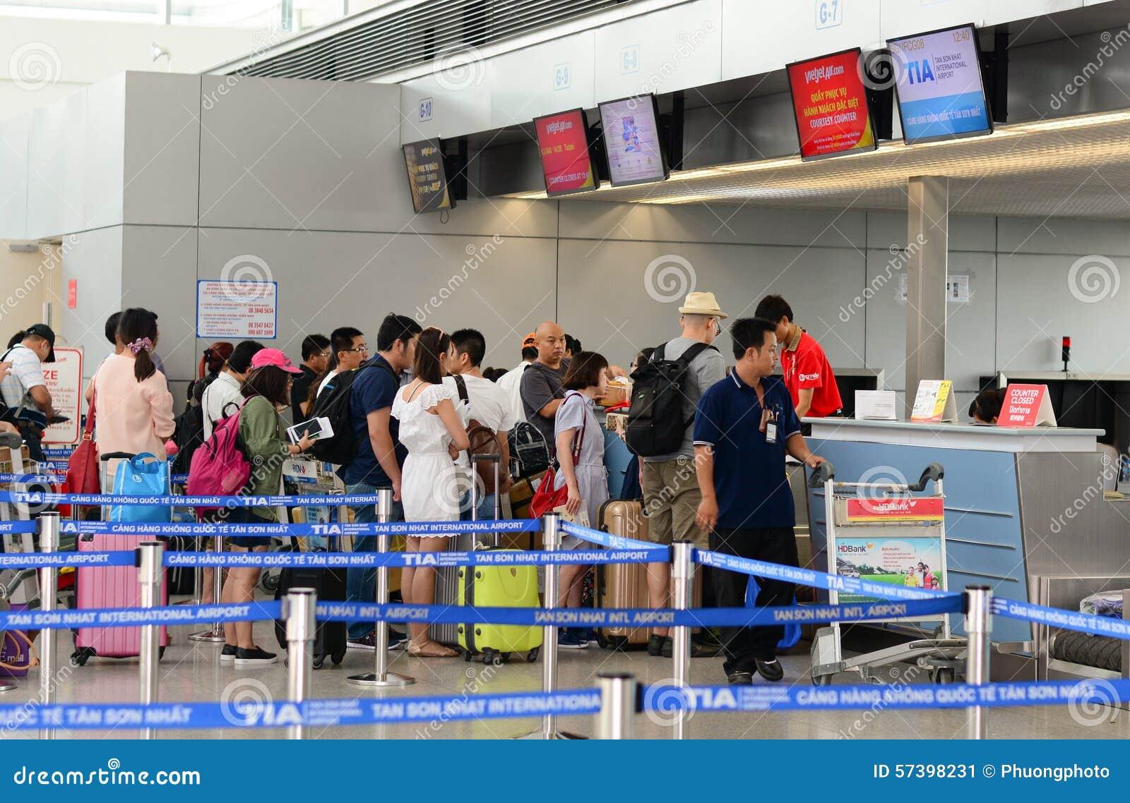 Aziatische reizigers bij aankomstterminal in Tan Son Nhat