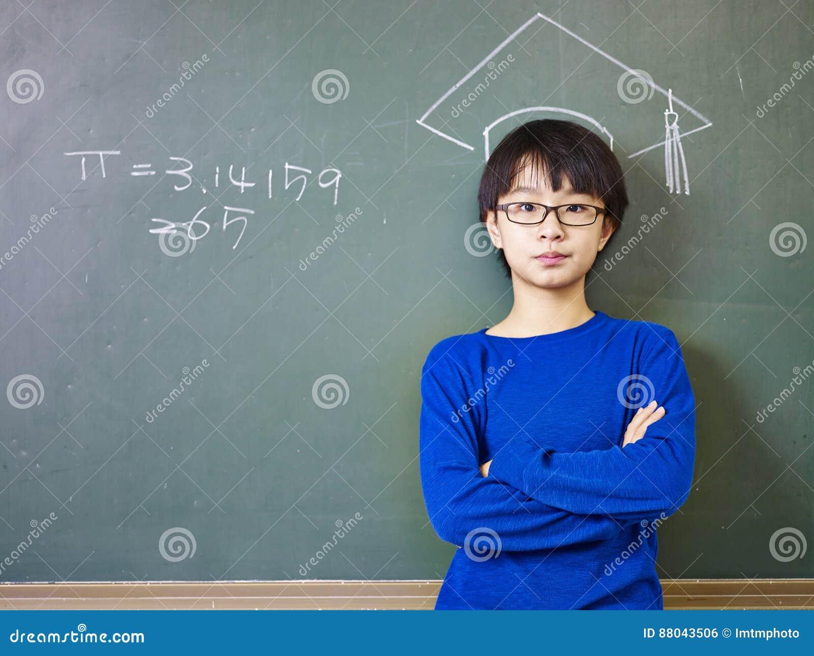 Aziatische schooljongen die zich onder een krijt-getrokken doctoraal GLB bevinden