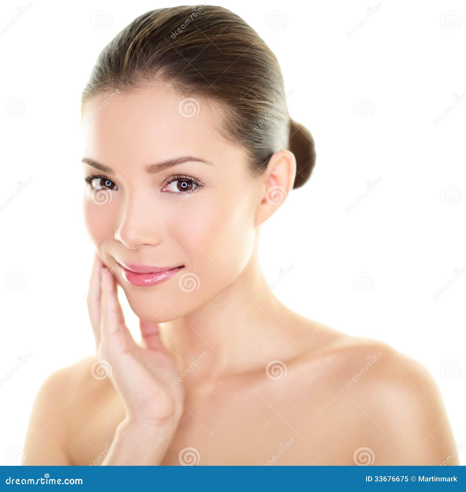 Aziatische schoonheids skincare vrouw wat betreft huid op gezicht