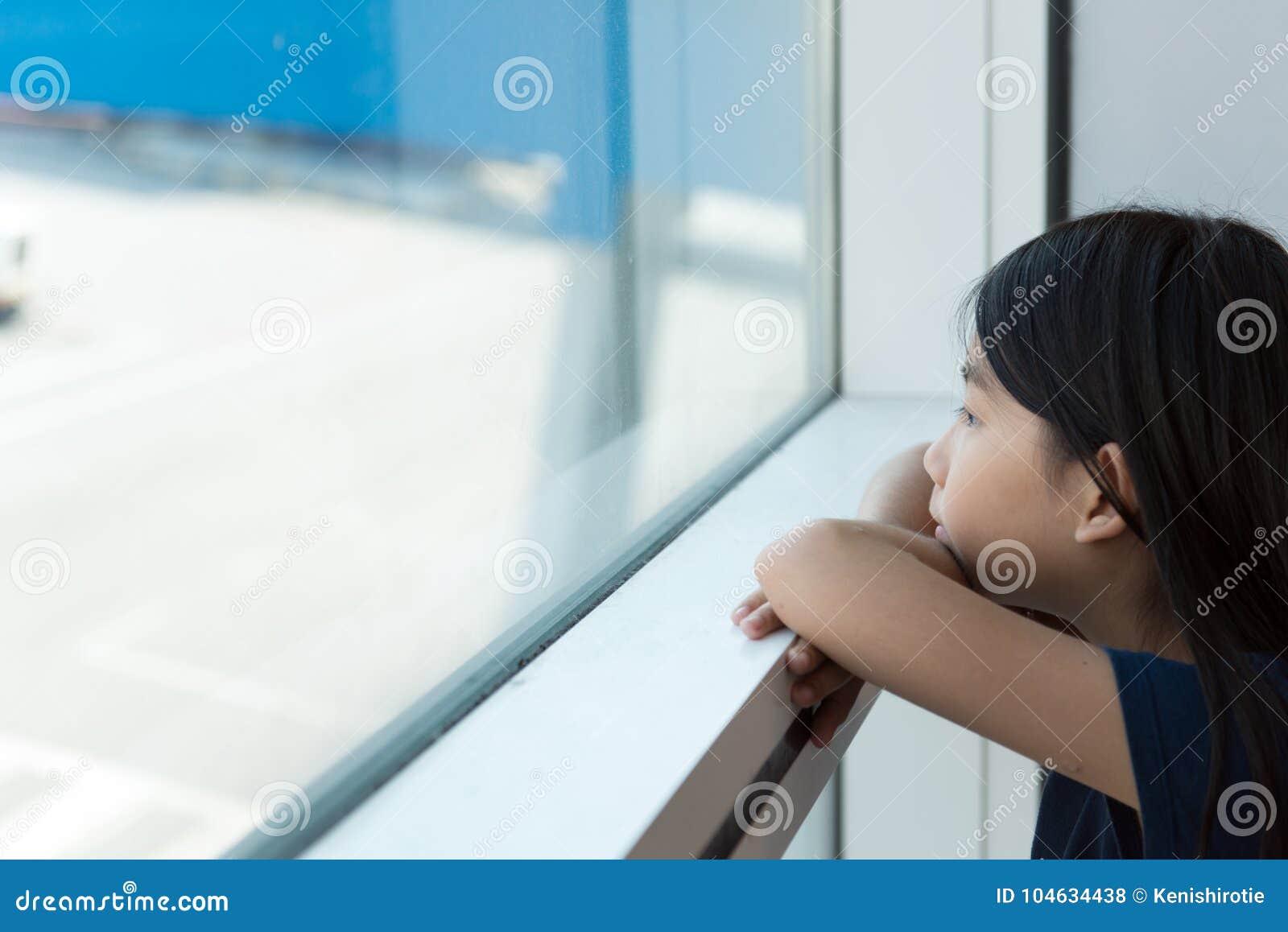Download Aziatische Tiener Bij Luchthavenzitkamer Stock Foto - Afbeelding bestaande uit toddler, wishing: 104634438
