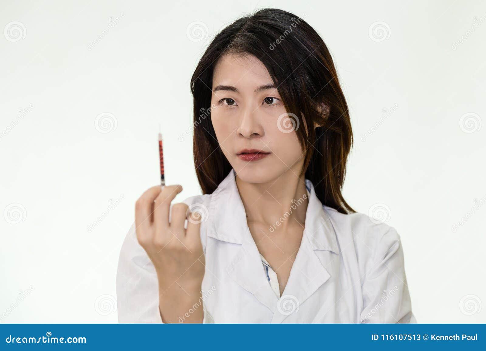 Aziatische verpleegster met spuit