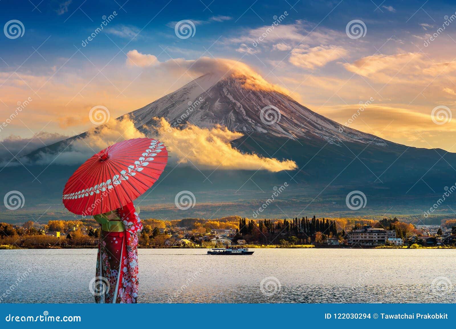 Aziatische vrouw die Japanse traditionele kimono dragen bij Fuji-berg Zonsondergang bij Kawaguchiko-meer in Japan
