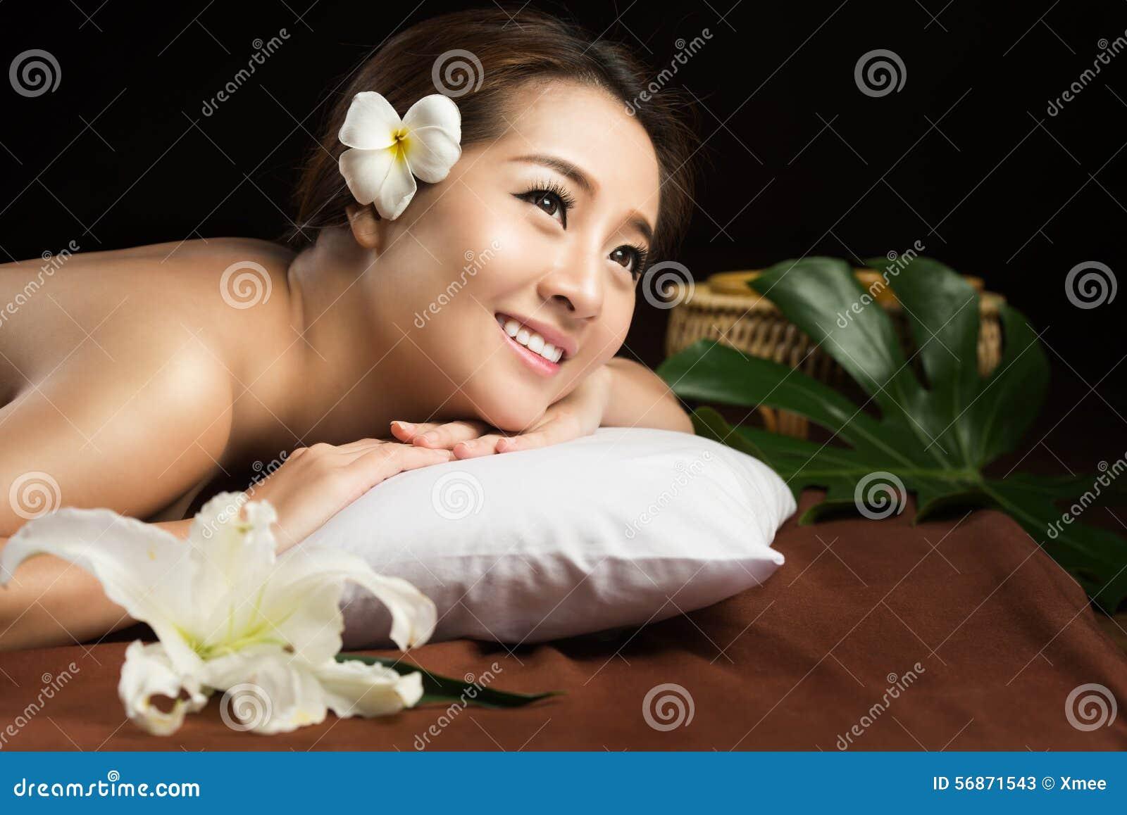 Aziatische vrouw die massage en het concept van de de Schoonheidsbehandeling van de kuuroordsalon hebben