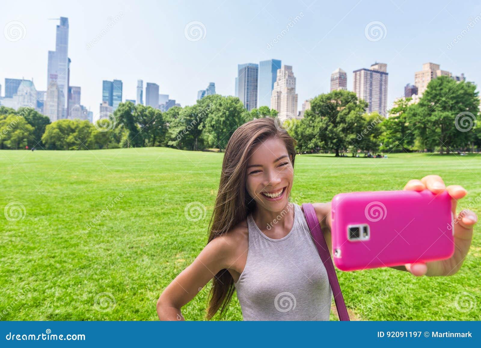 Aziatische vrouw die telefoon selfie in de stad van New York nemen