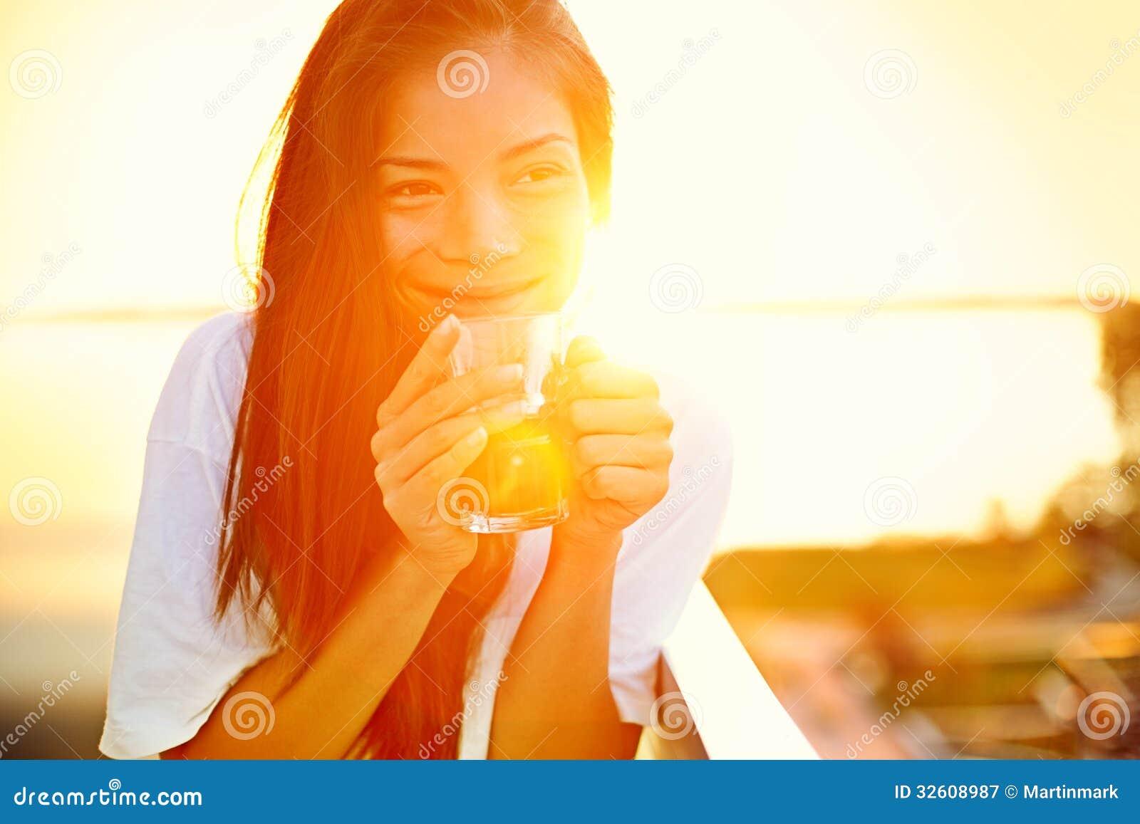 Aziatische vrouw het drinken koffie in zon
