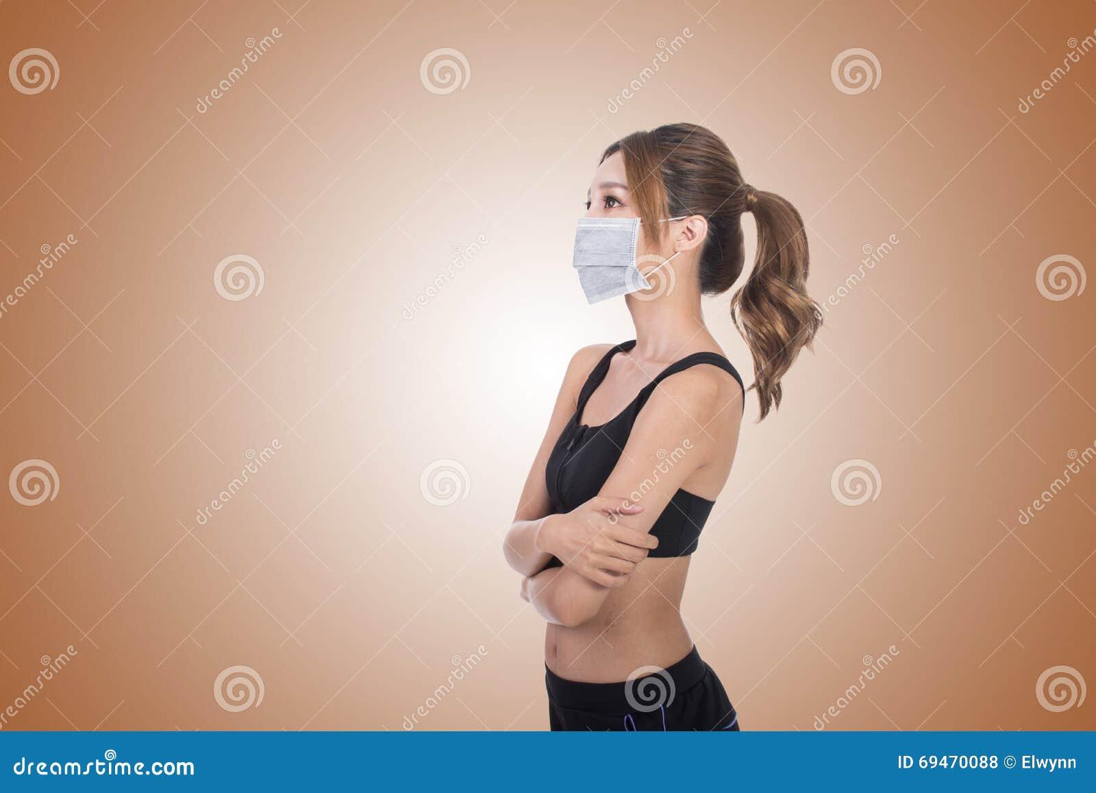 Aziatische vrouw met masker