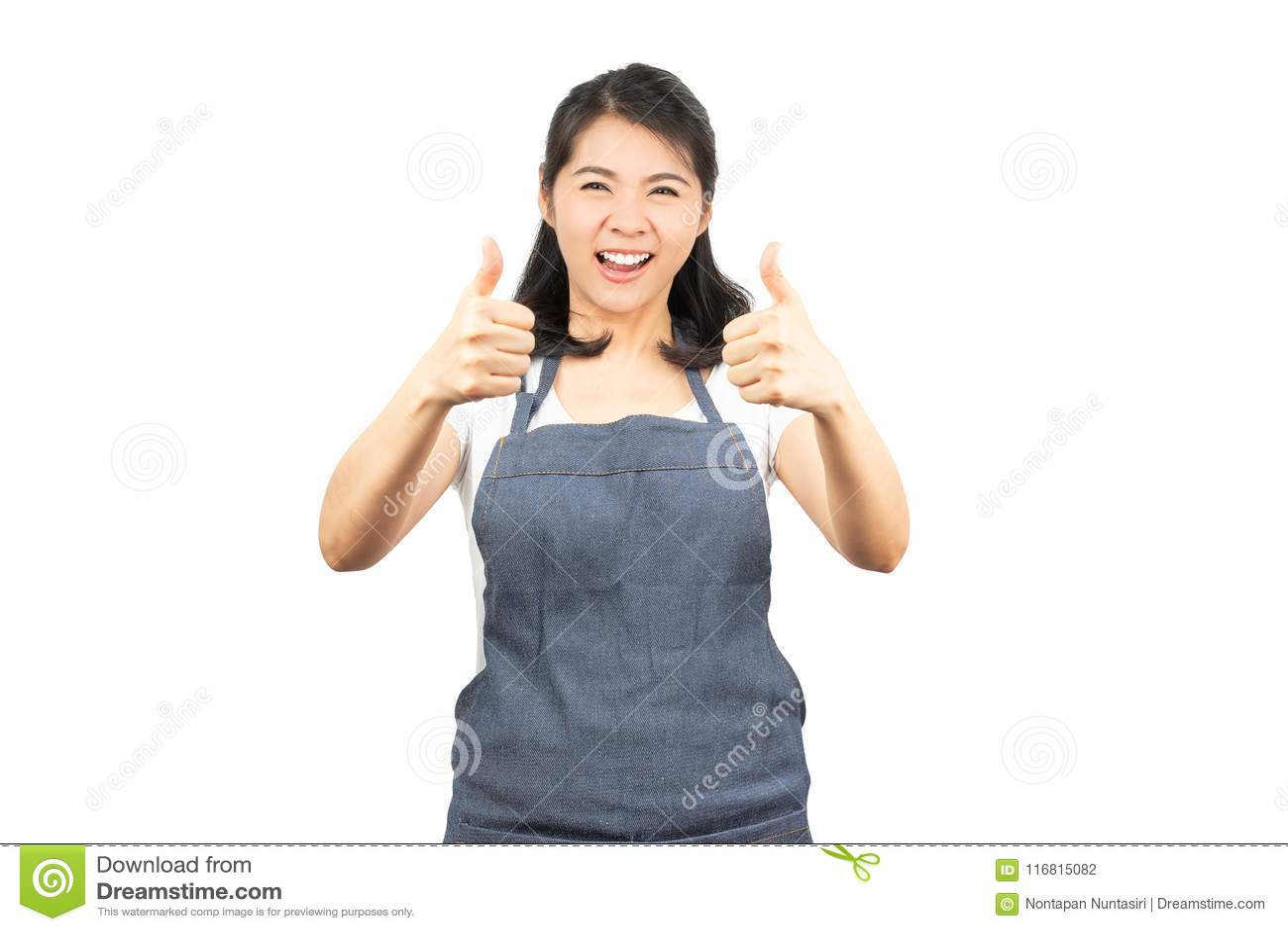 Aziatische vrouw met schort die duim tonen