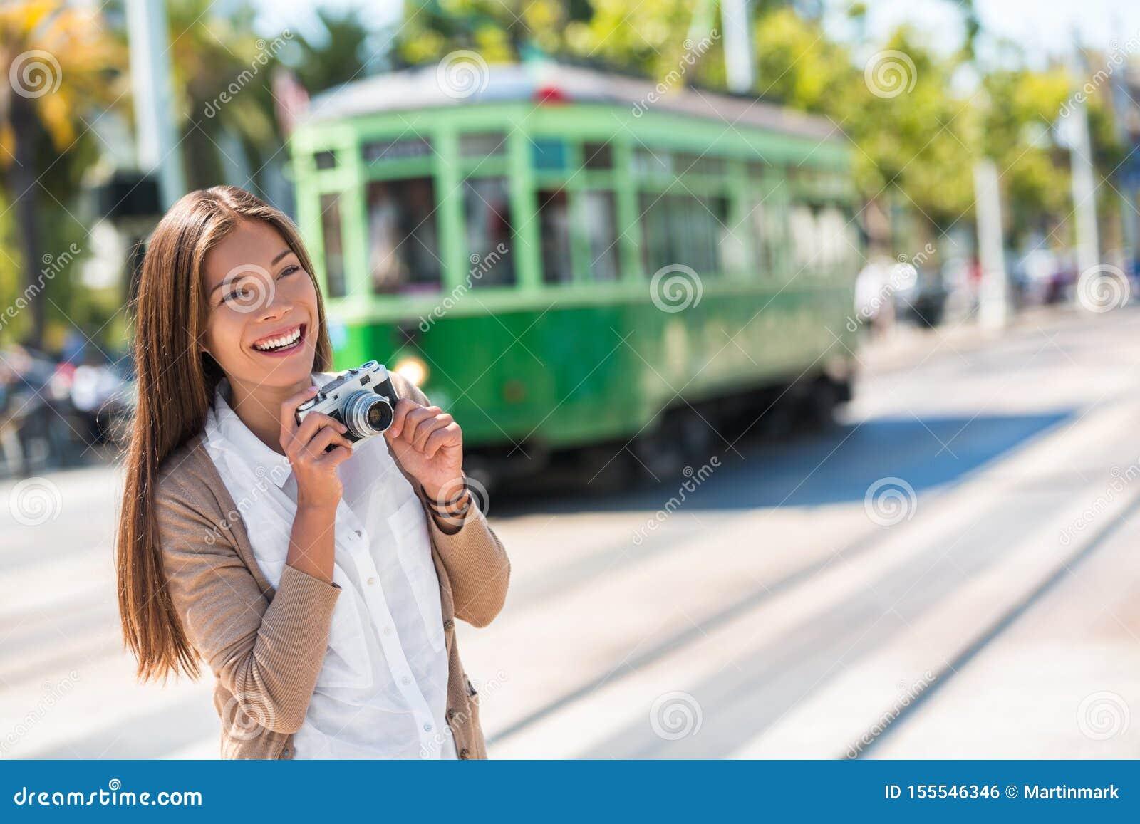 Aziatische vrouwentoerist - de levensstijl van de stadsstraat, het beroemde systeem van de tramspoorkabelwagen in de stad van San