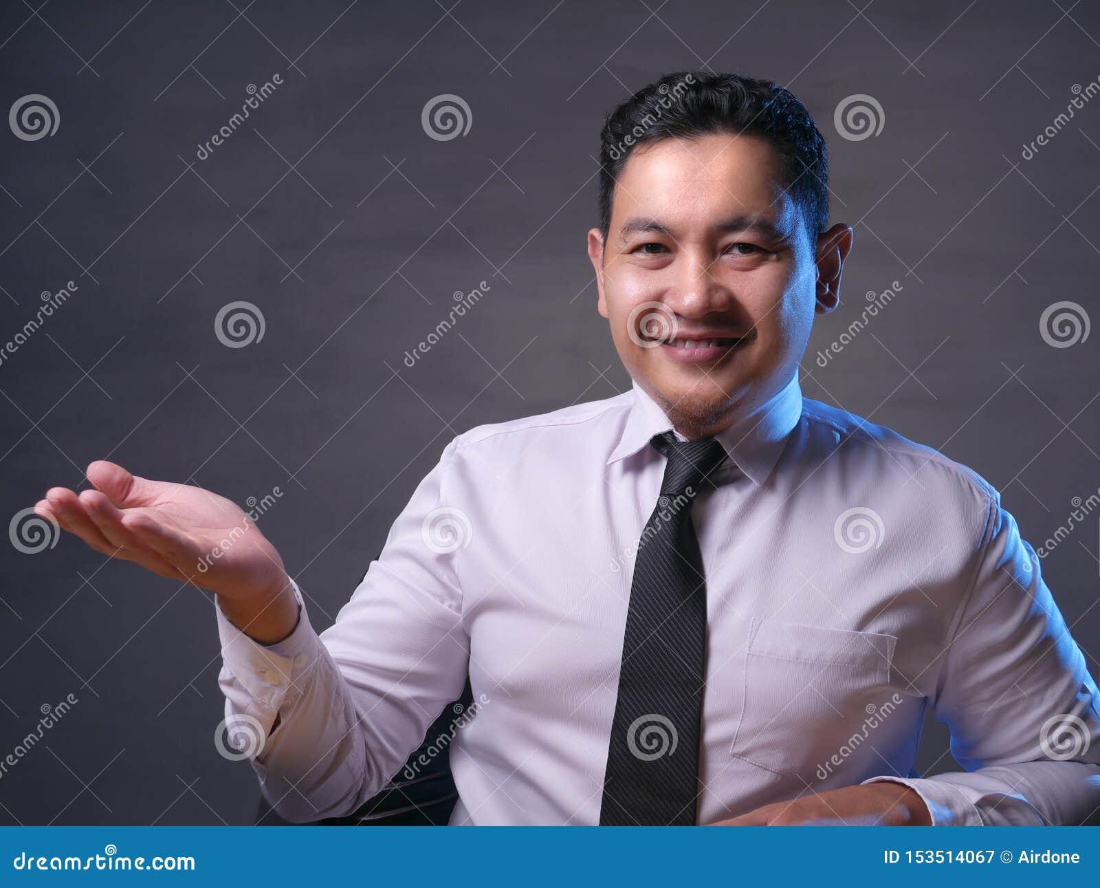 Aziatische Zakenman Presenting Something aan Zijn Kant met Exemplaarruimte