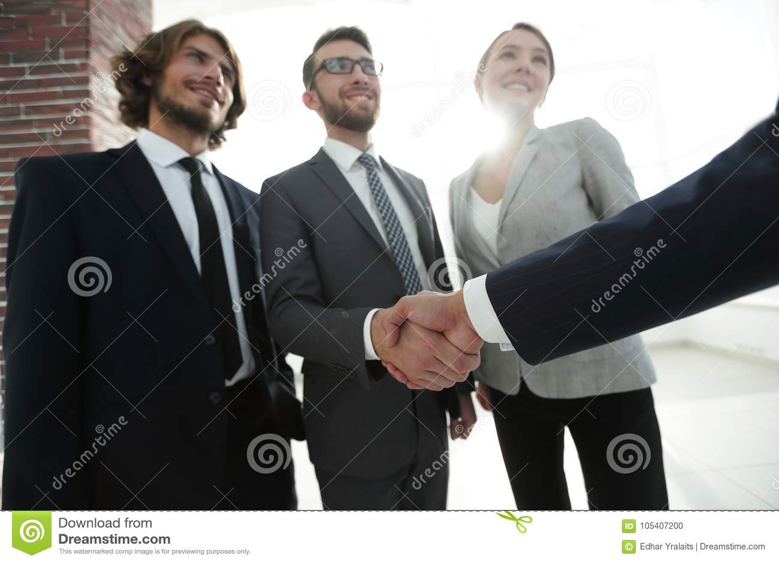 Azienda leader che stringe le mani con l investitore