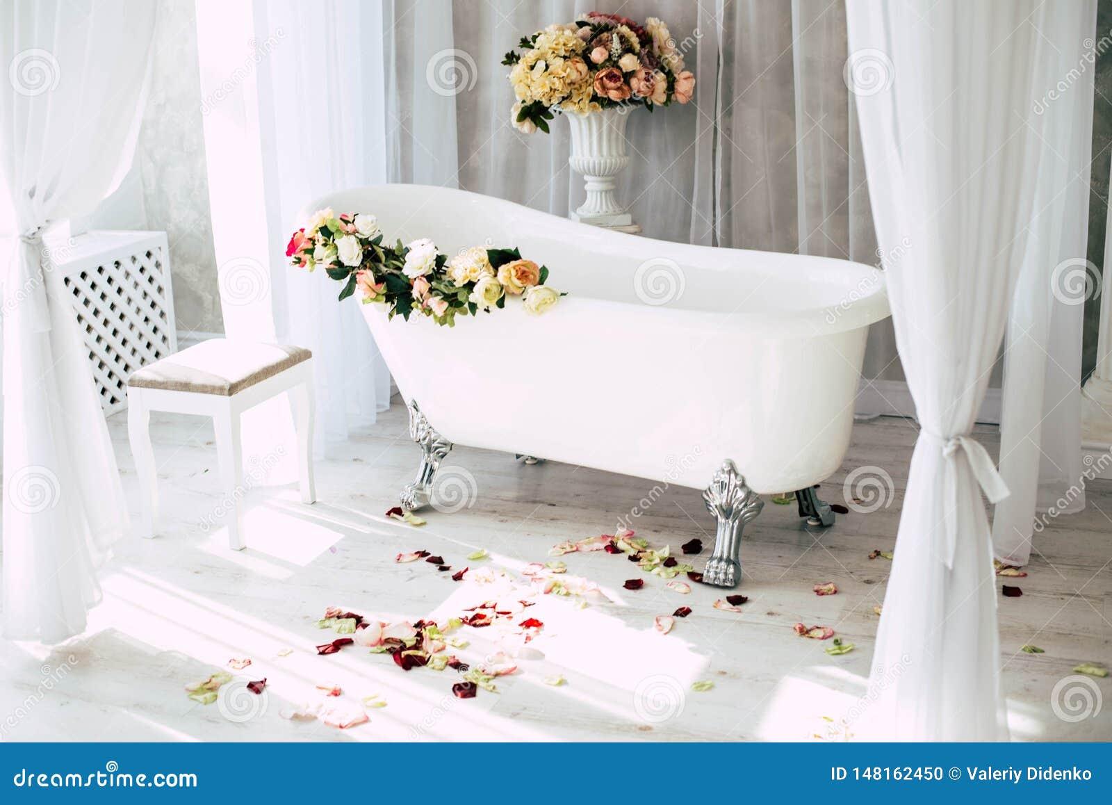 ?azienka jest w lekkim pokoju dekoruj?cym z kwiatami i p?atkami r??e