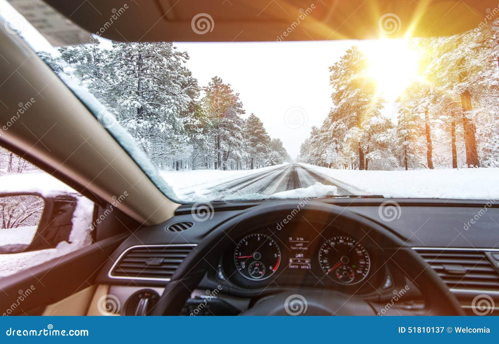 Azionamento ghiacciato di inverno della strada
