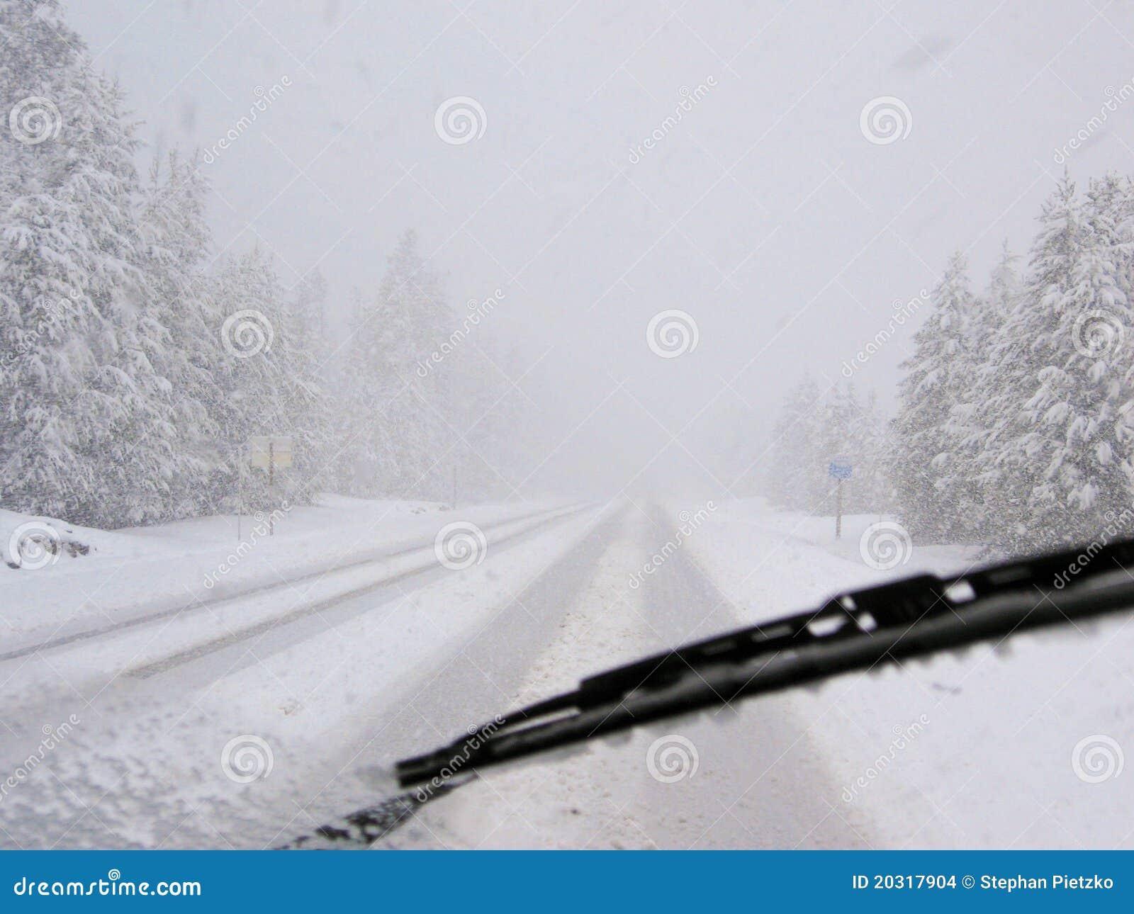 Azionamento pericoloso durante la bufera di neve sulla strada principale rurale