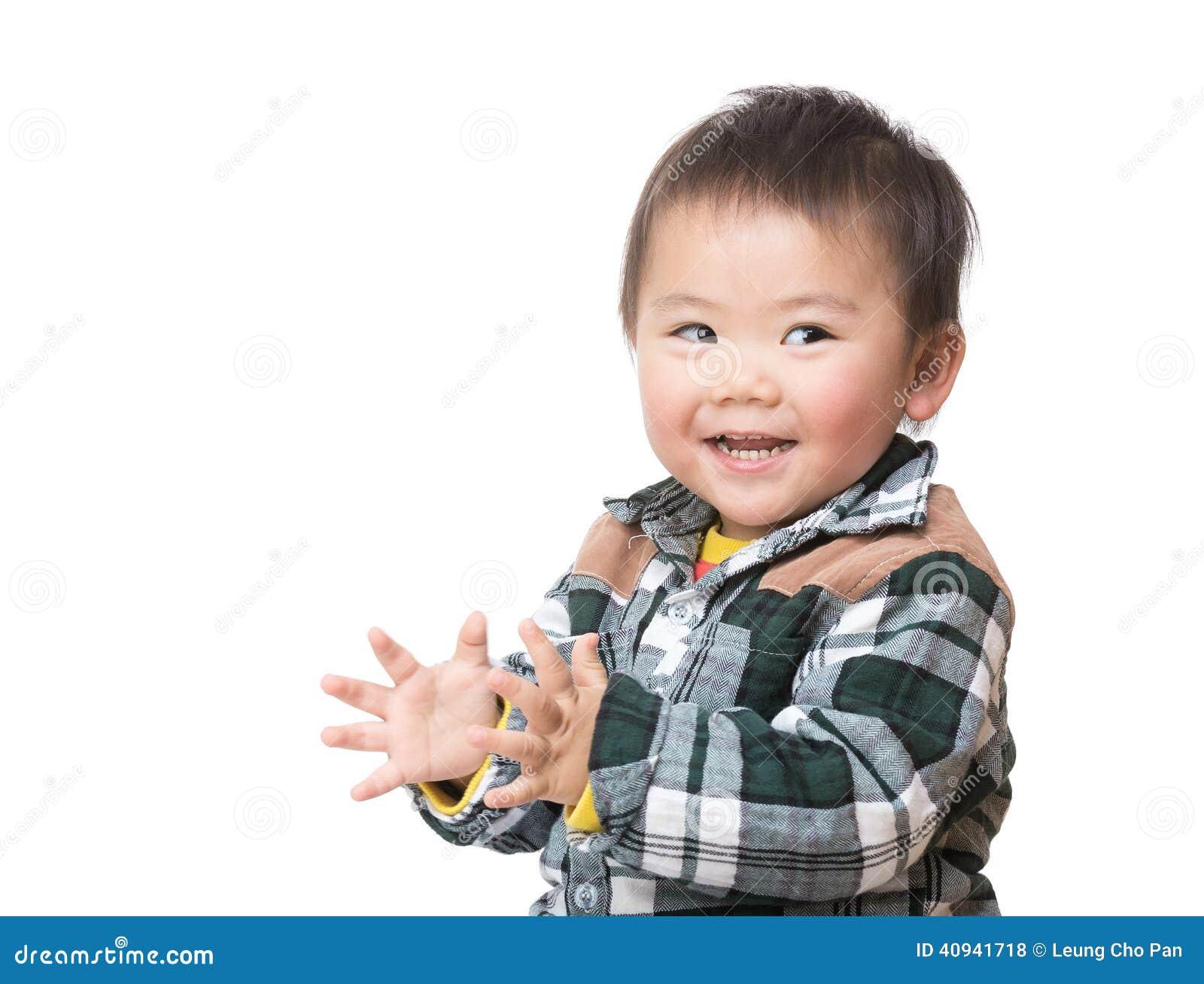 Azja chłopiec klascze rękę