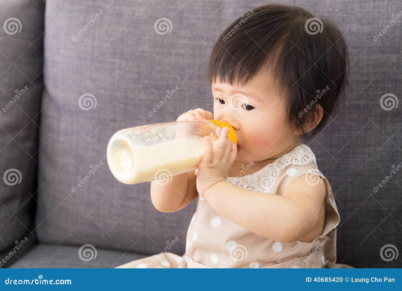 Azja dziewczynki karmienie z dojną butelką