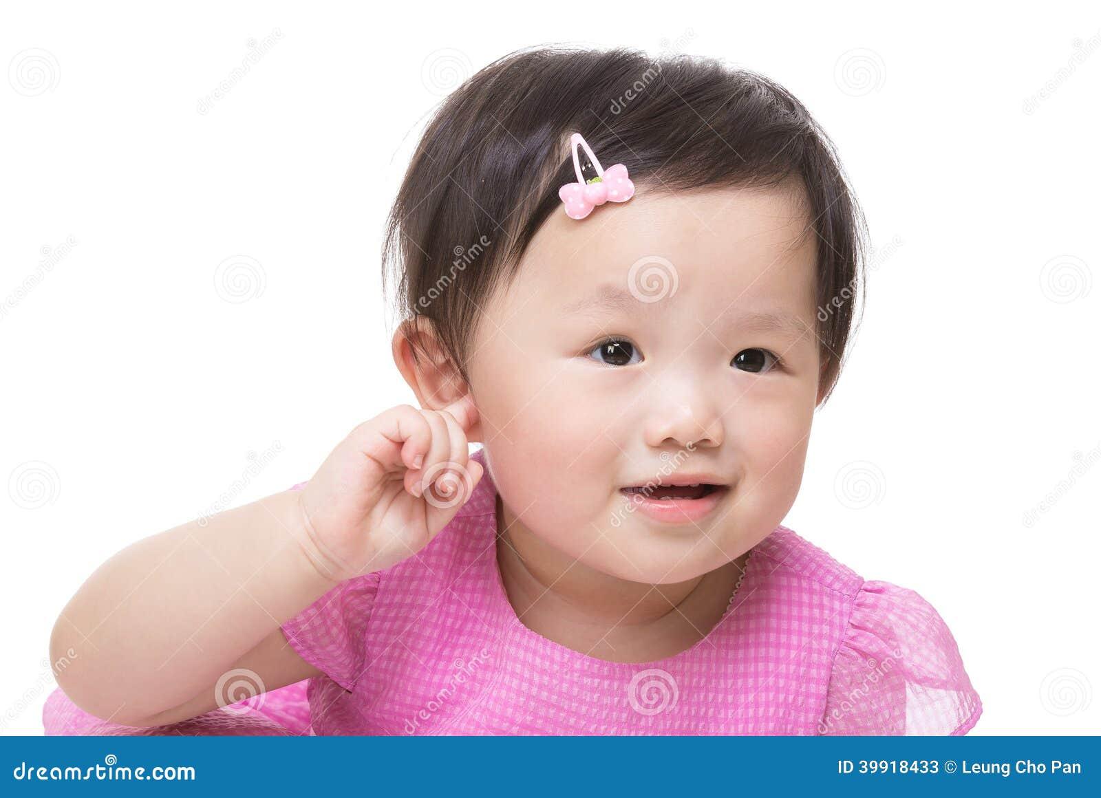 Azja dziewczynki ręka dotyka jej ucho