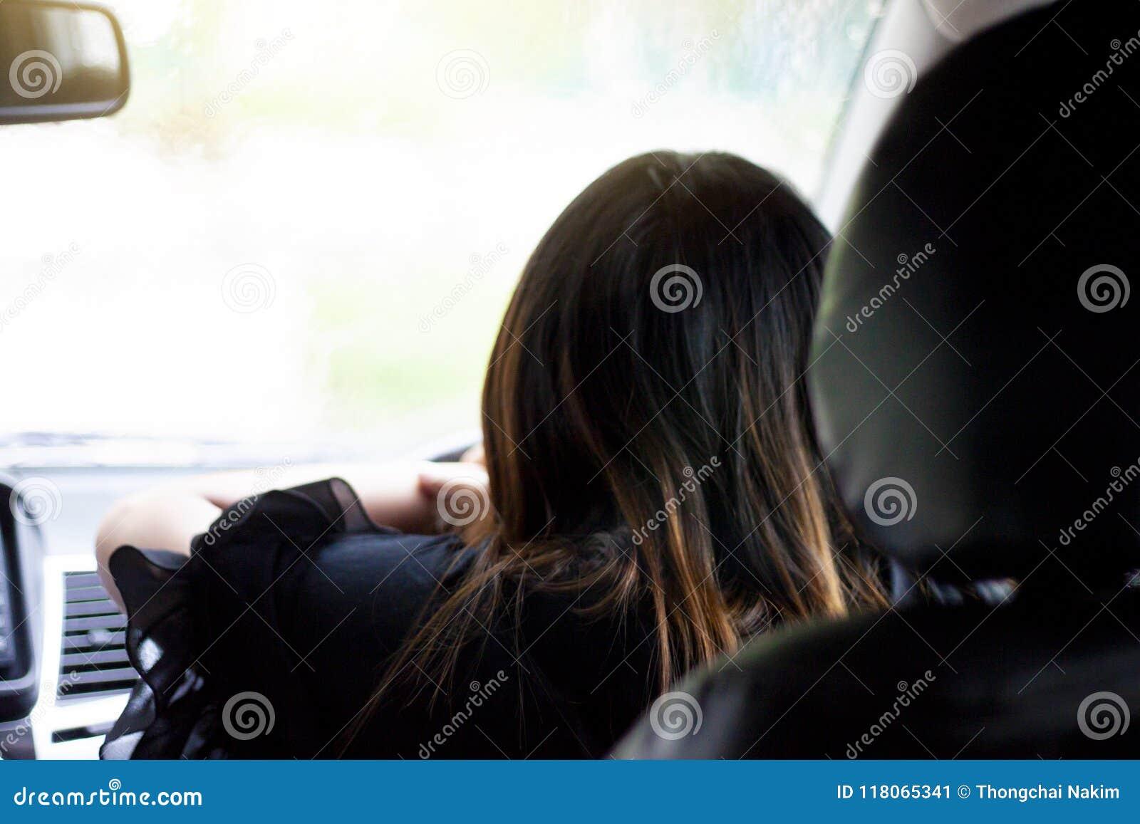 Azja kobieta jedzie samochód