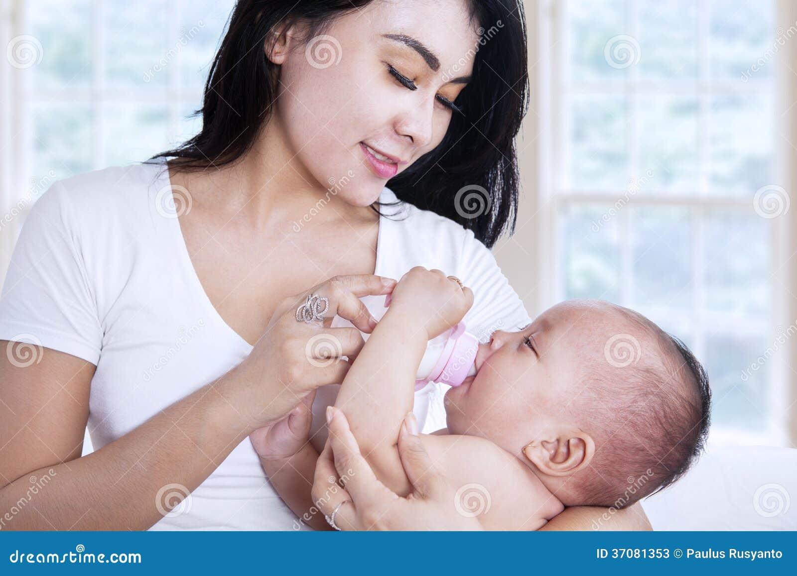 Download Azjata Macierzysty Karmienie Jej Dziecko W Domu Obraz Stock - Obraz złożonej z dziewczyna, indonezyjczyk: 37081353