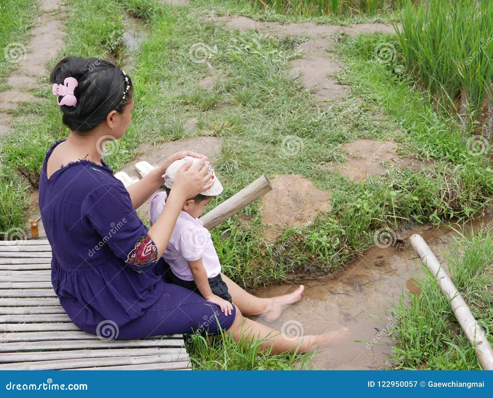 Azjata matka i jej mała dziewczynka cieszymy się wydający czas w ryżowym polu wpólnie