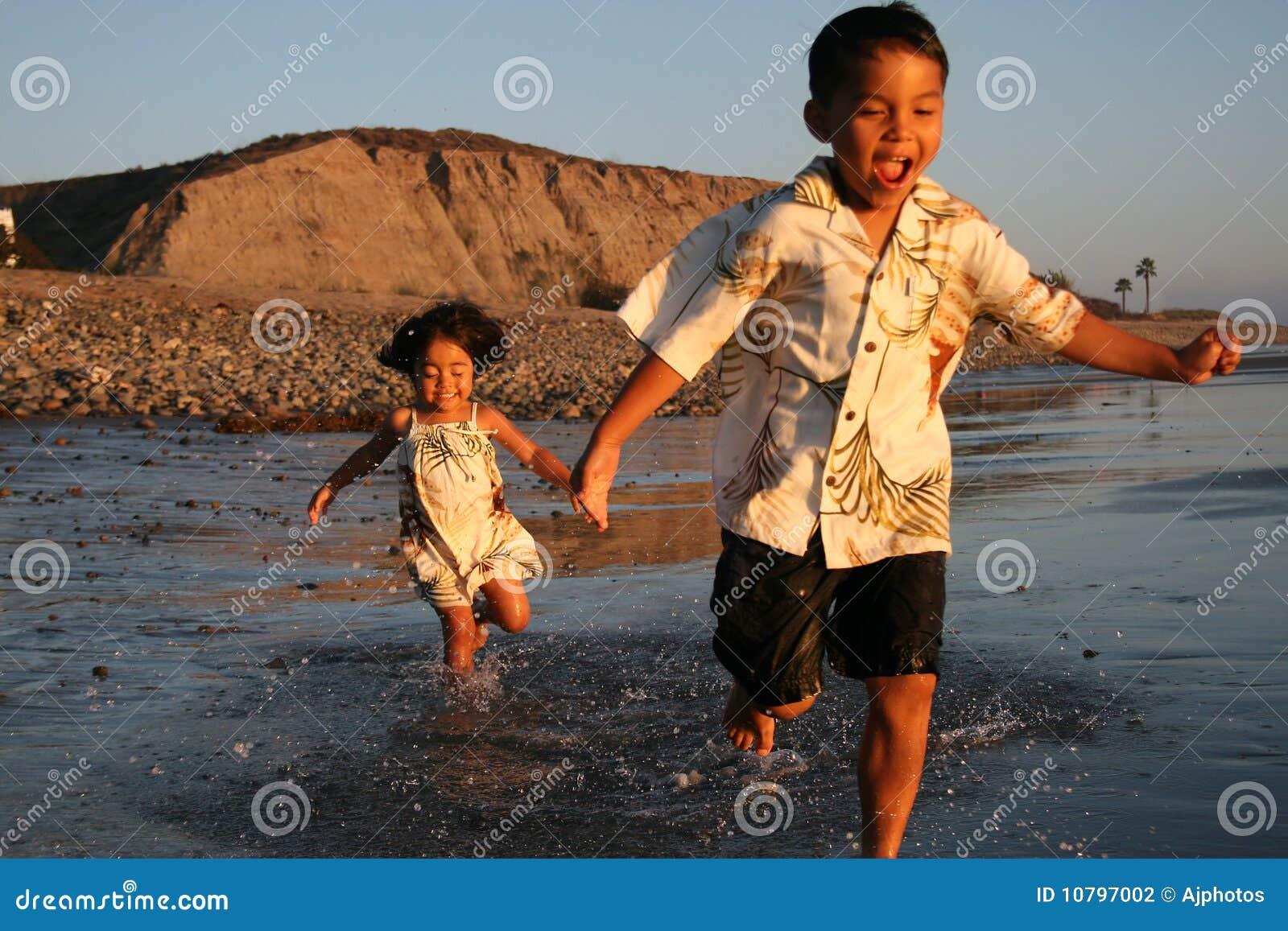 Azjata plażowa chłopiec dziewczyna