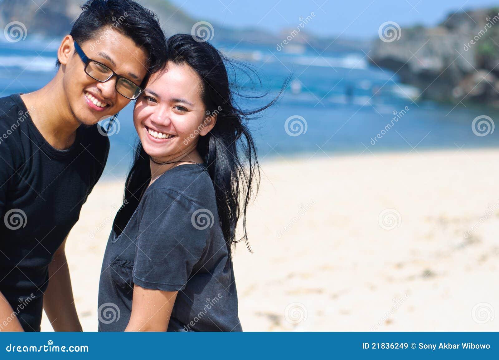 Azjata plaży para szczęśliwa