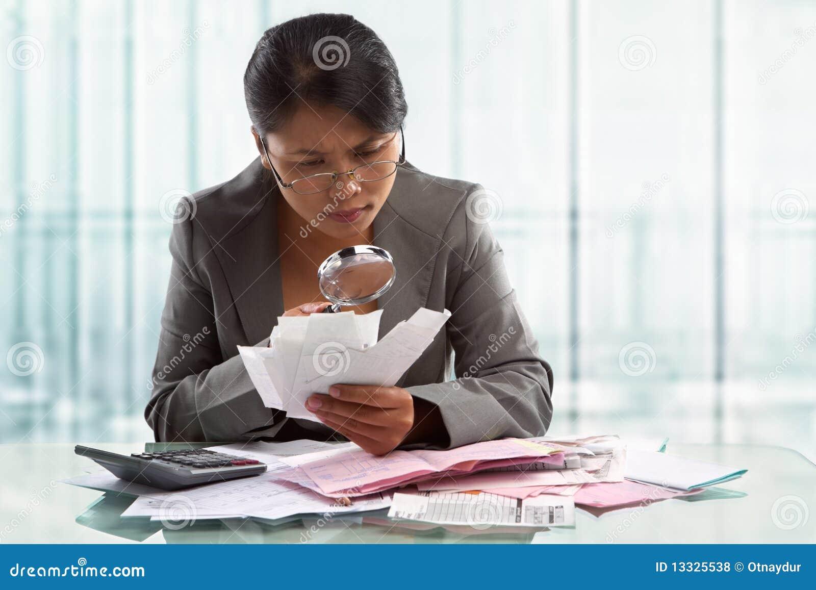 Azjata wystawia rachunek bizneswomanu sprawdzać