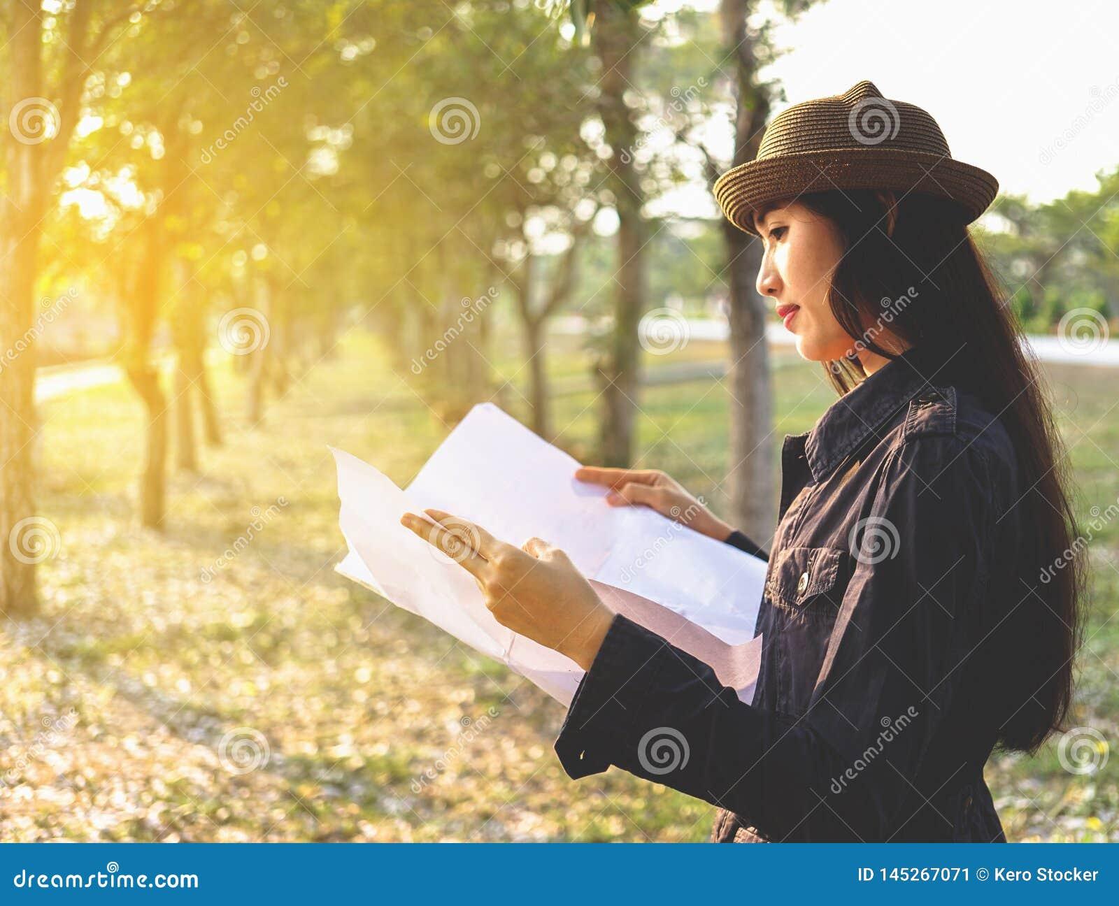 Azjatyccy kobieta podróżnicy z backpacking, stoi widzią mapę, pojęcie podróż Planuje Samotnie