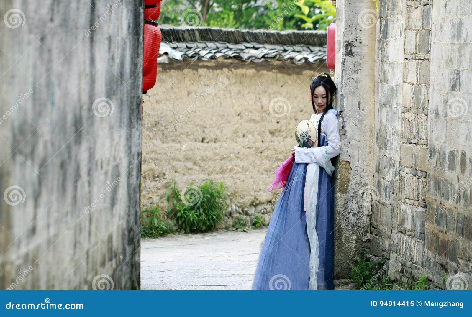 Azjatycka Chińska kobieta w tradycyjnym Hanfu dressï ¼ Œclassic pięknie w podbródku